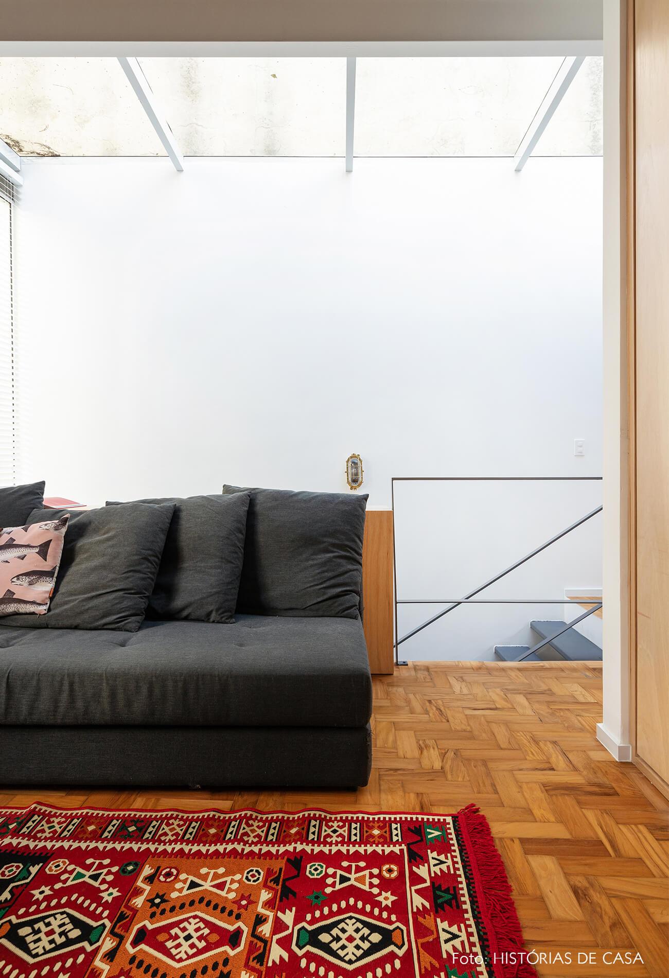 decoração sala futon escada claraboia