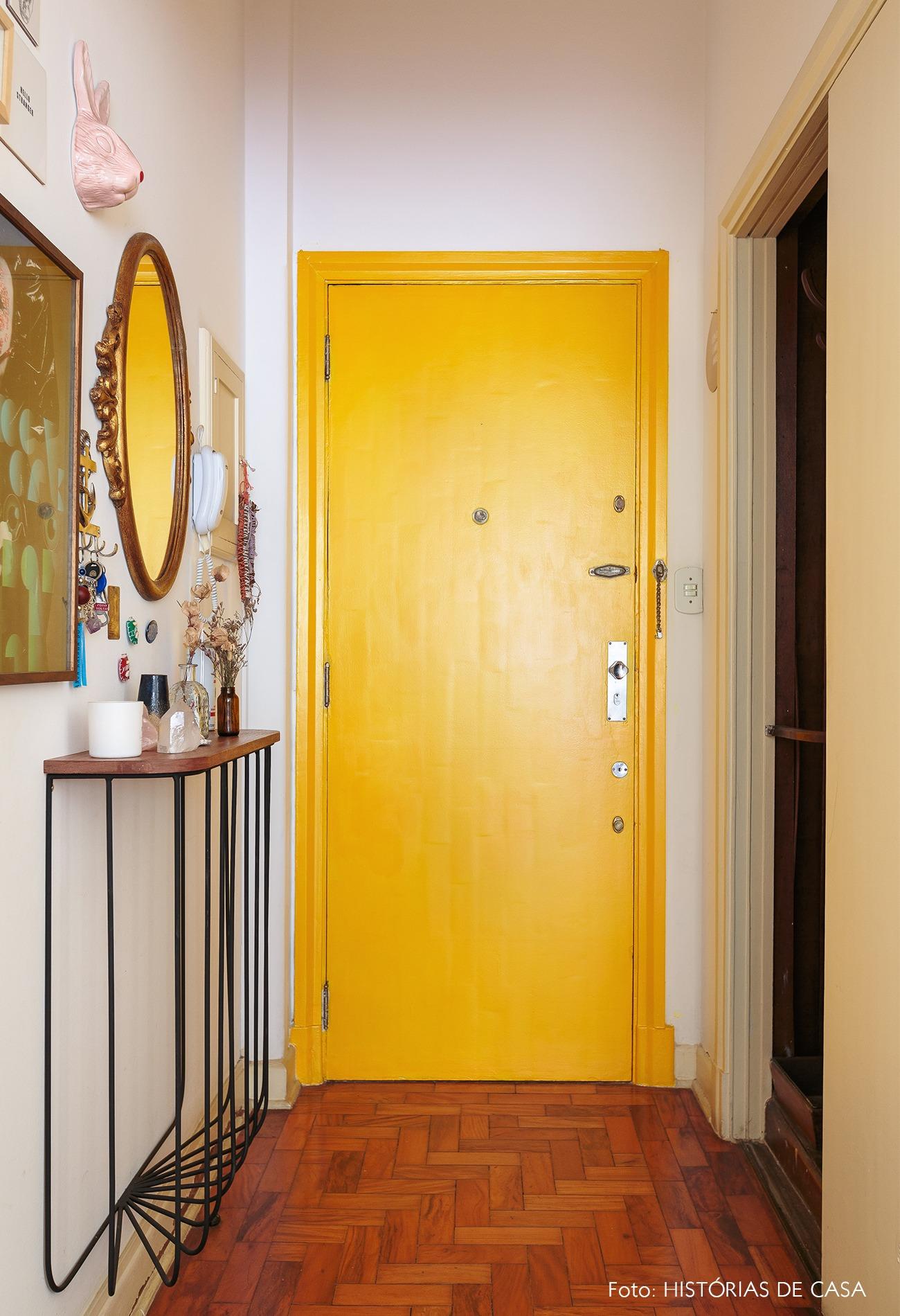 decoração hall porta amarela