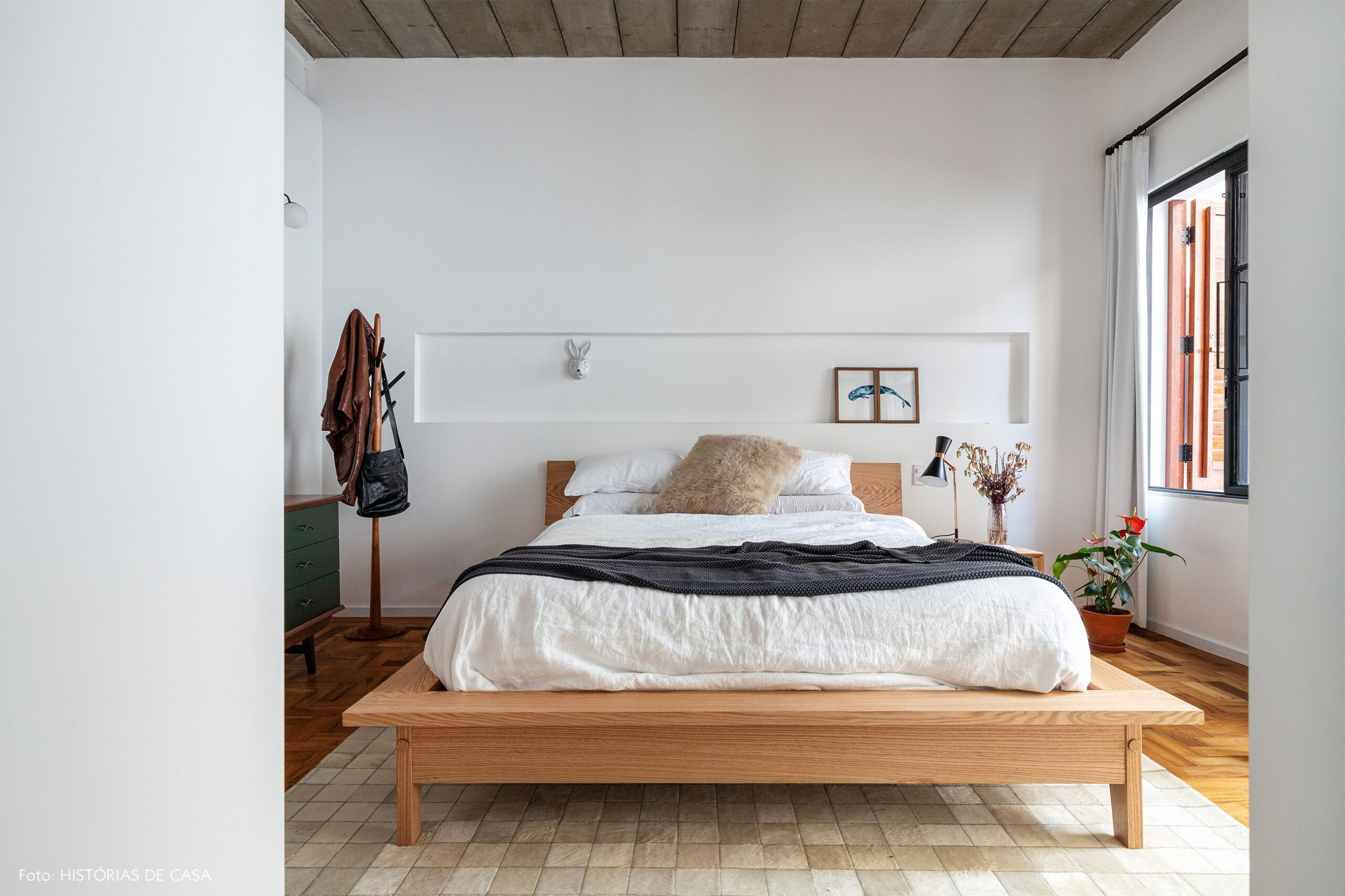 decoração quarto branco mesa cabeceira madeira
