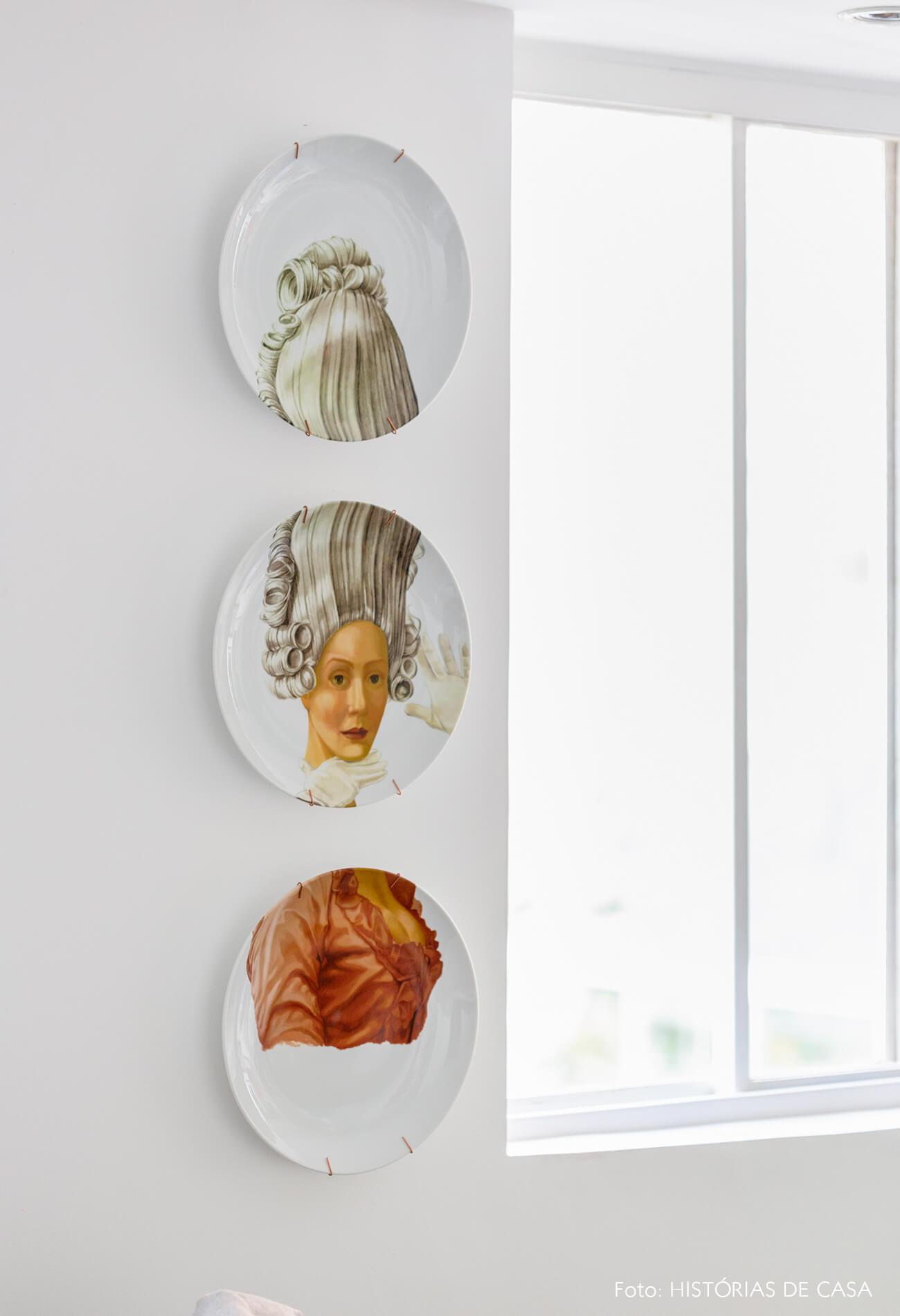 Apartamento alugado com ambientes integrados e muitos objetos vintage para uma decoração com personalidade - pratos de parede