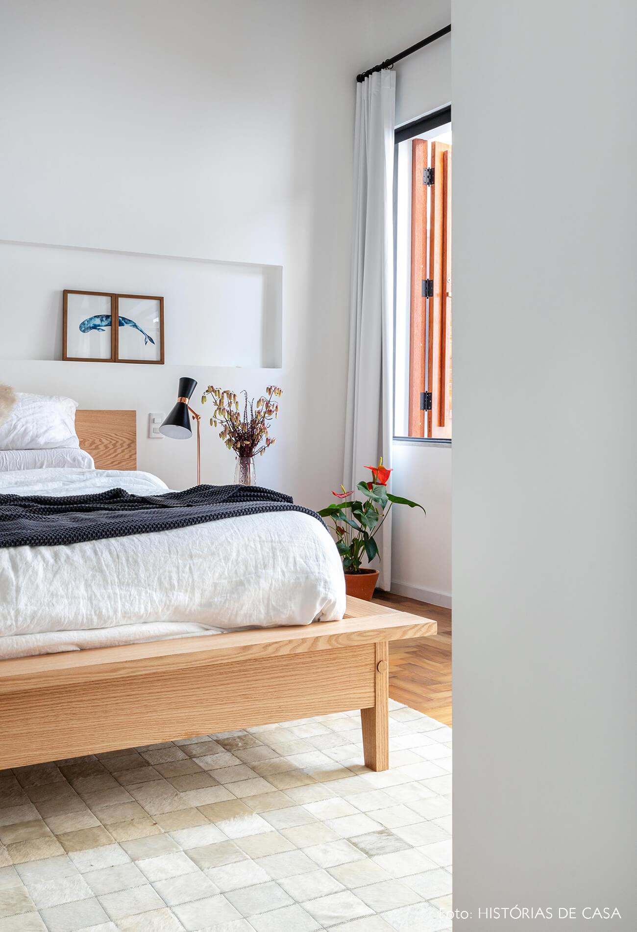 decoração quarto branco cama madeira clara