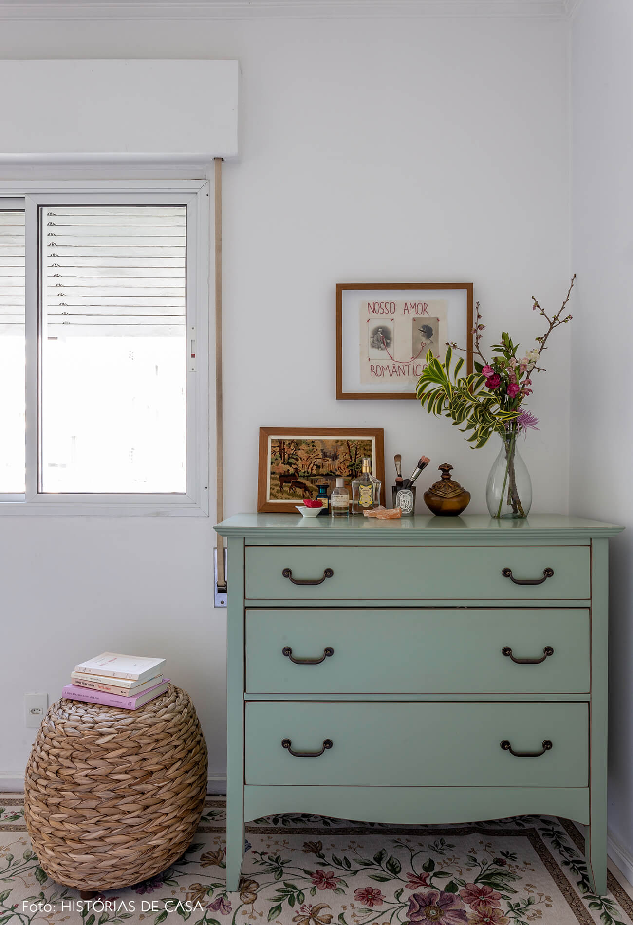 Apartamento alugado com ambientes integrados e muitos objetos vintage para uma decoração com personalidade