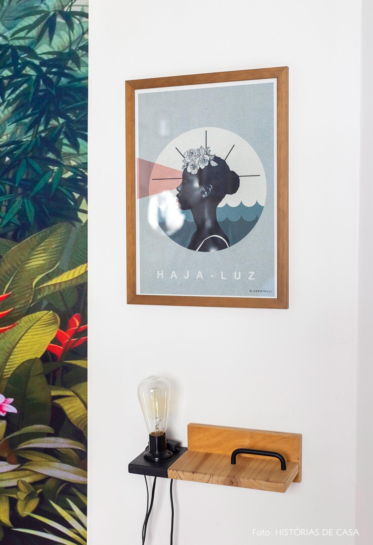 decoração parede quadro e arandela
