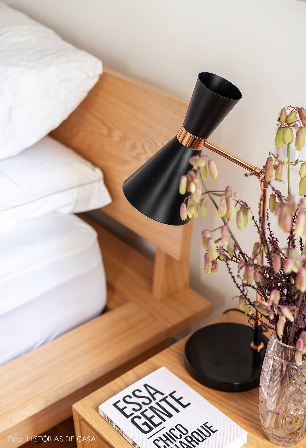 decoração quarto mesa lateral madeira luminaria preta