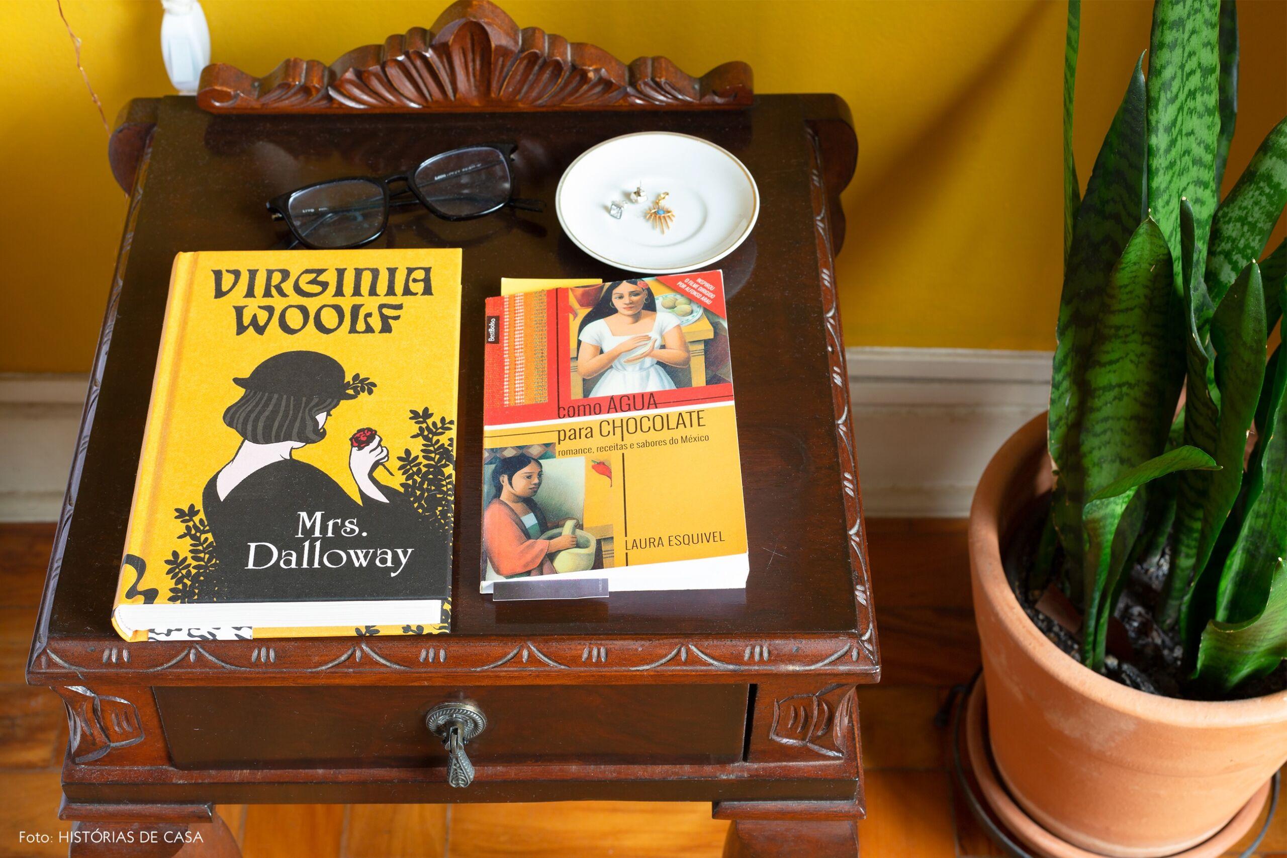 decoração mesa cabeceira vintage madeira