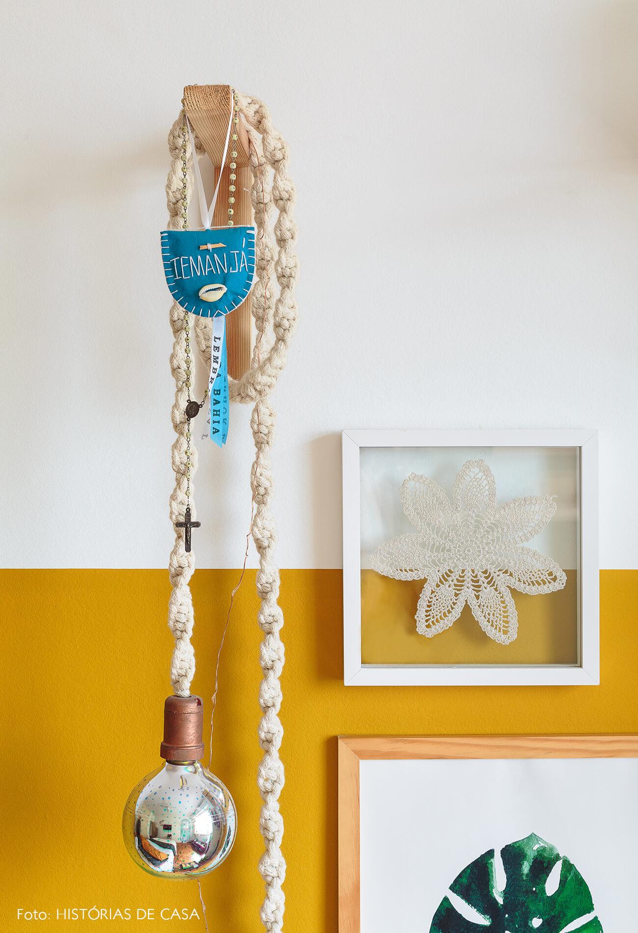 decoração quarto meia parede mostarda luminaria choche