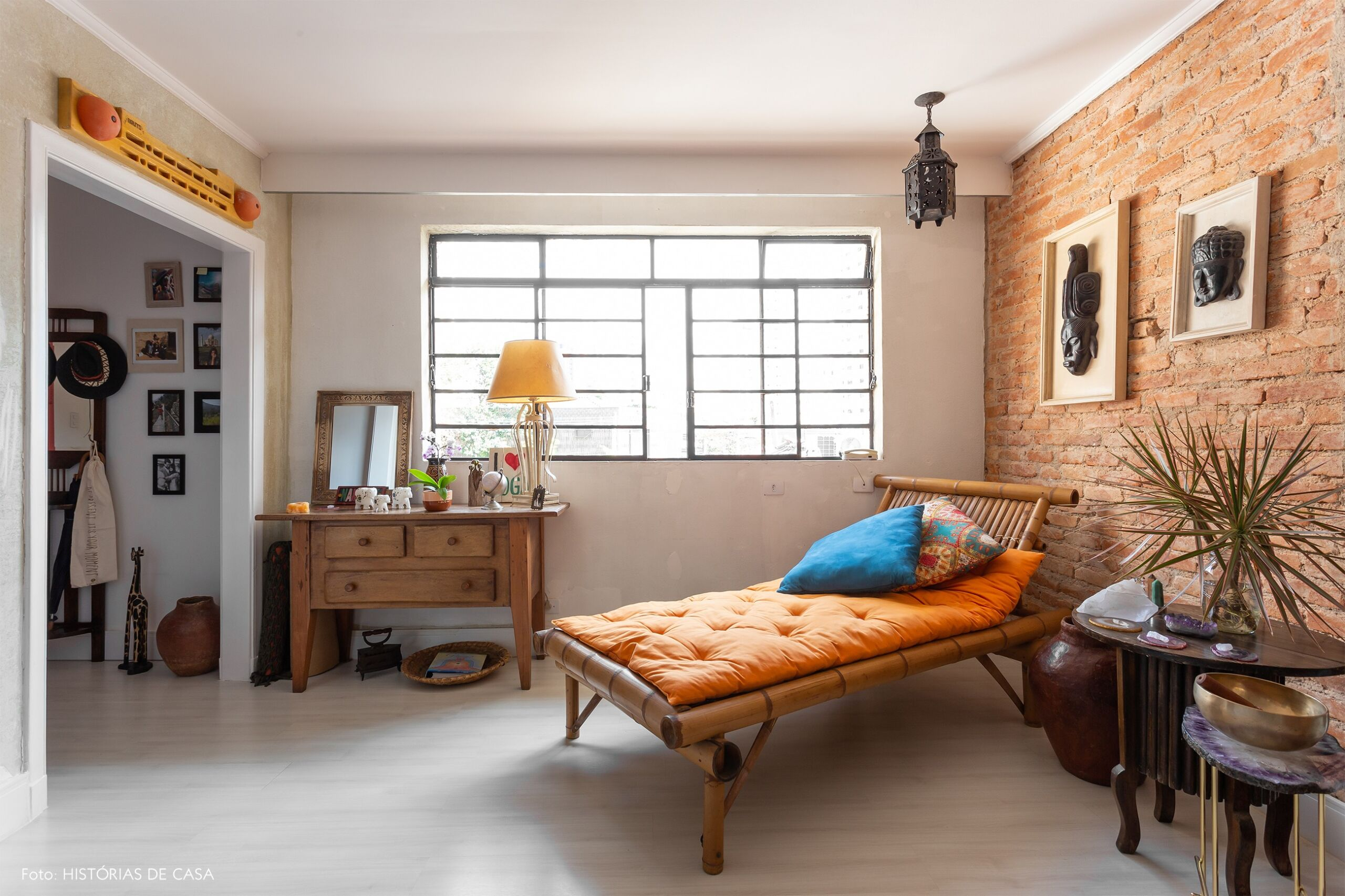 Apartamento com parede de tijolinhos e piso claro