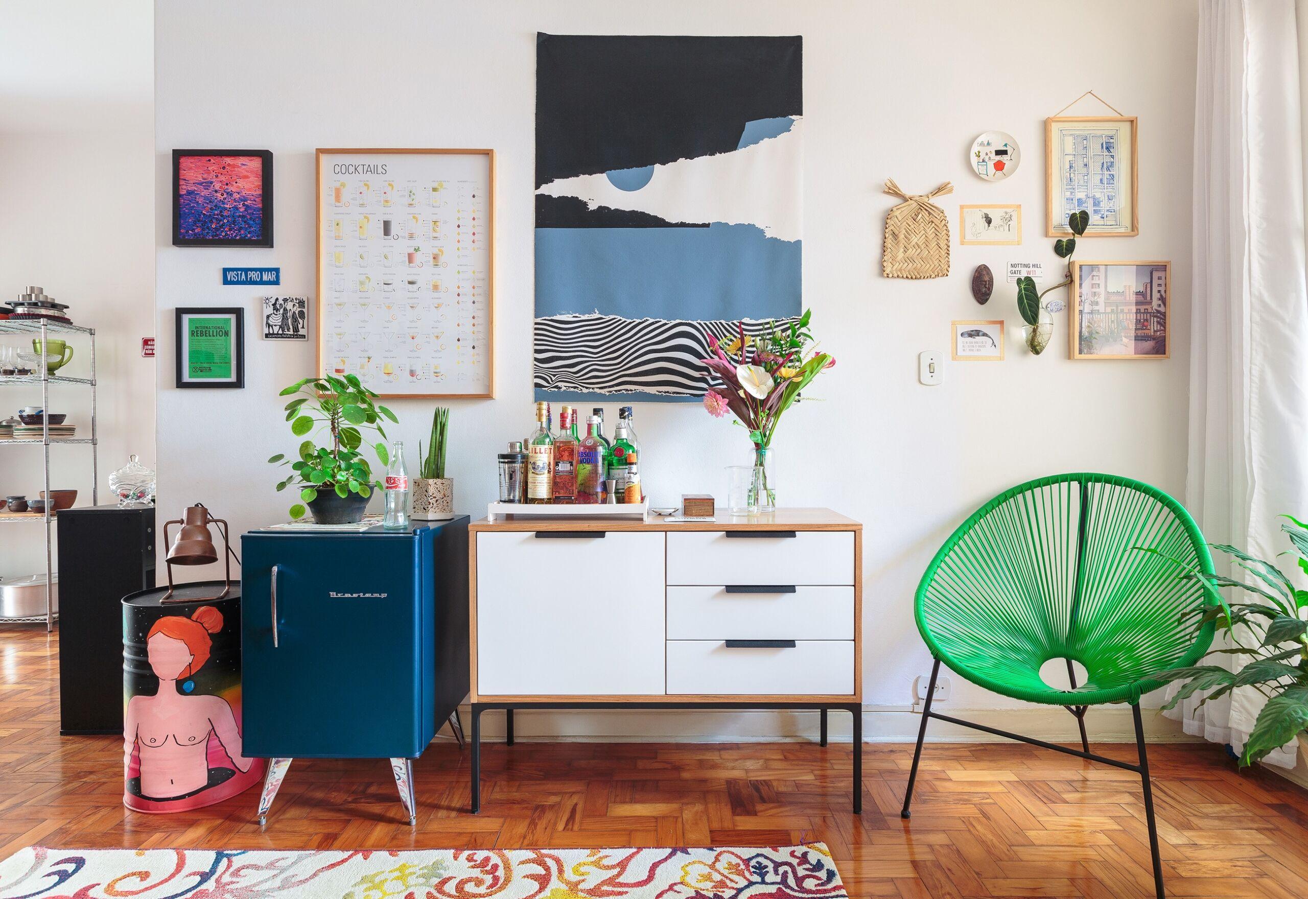 decoração sala cadeira acapulco frigobar vintage
