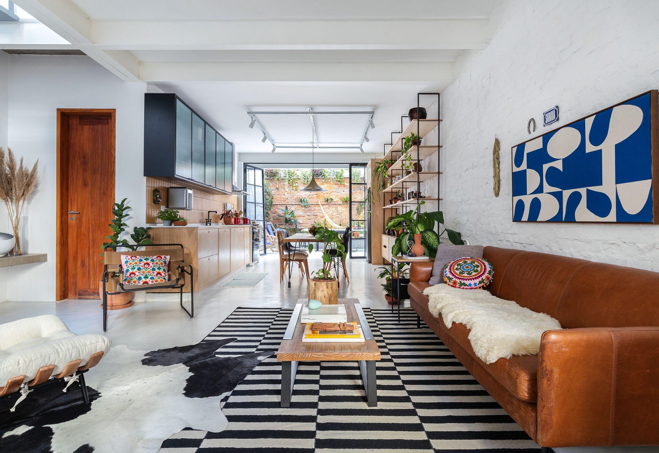 decoração sala cozinha integrados cadeira wassily pufe costela sofá couro tapete listrado