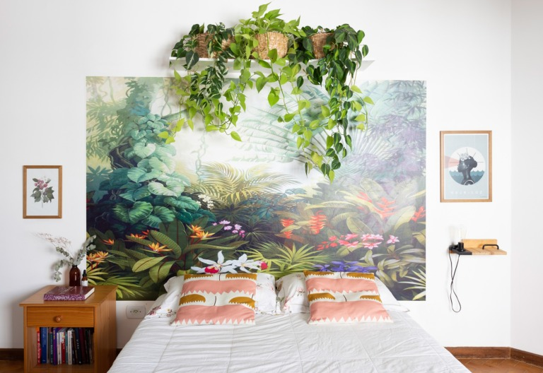 decoração quarto com papel de parede como cabeceira floral