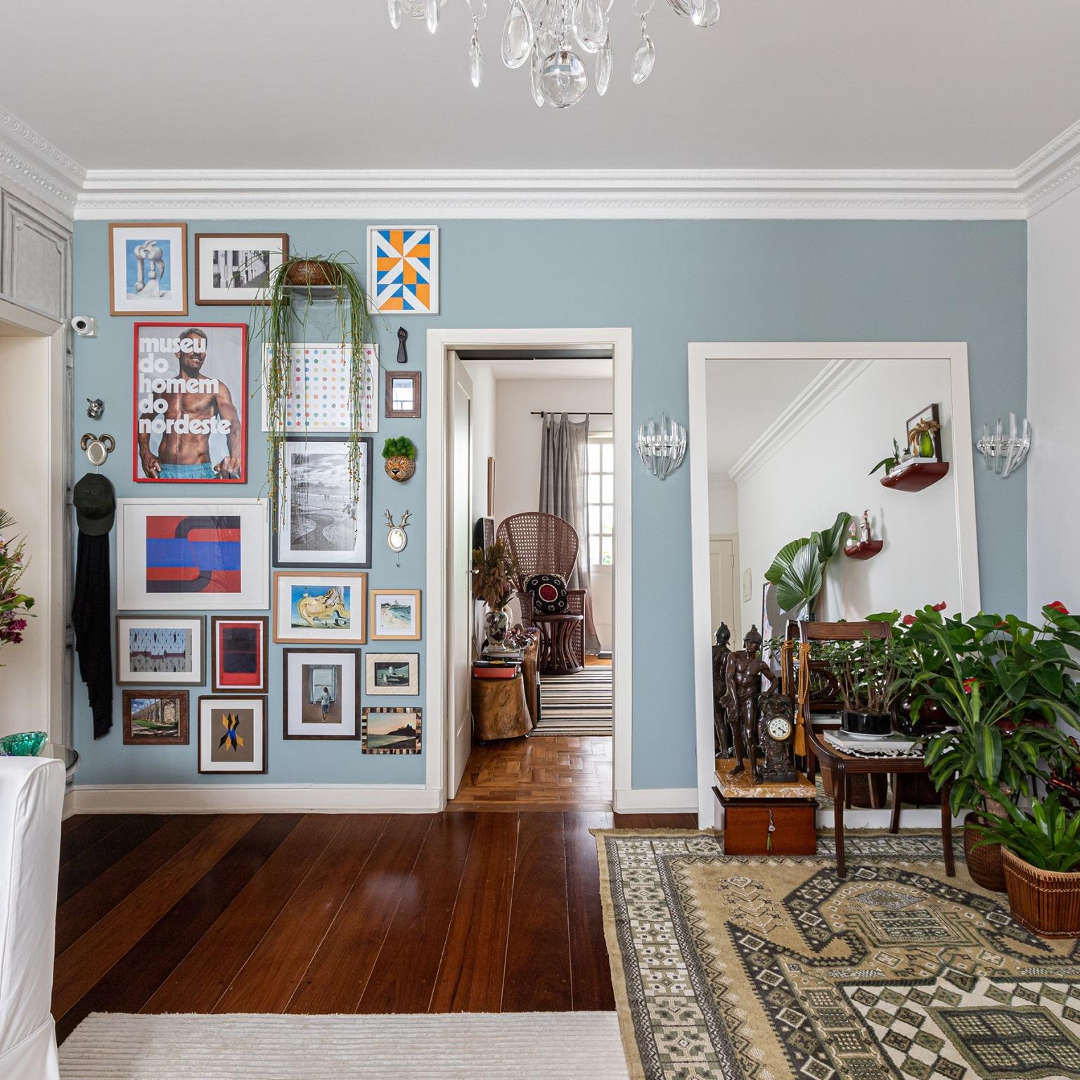 decoração sala parede azul galeria