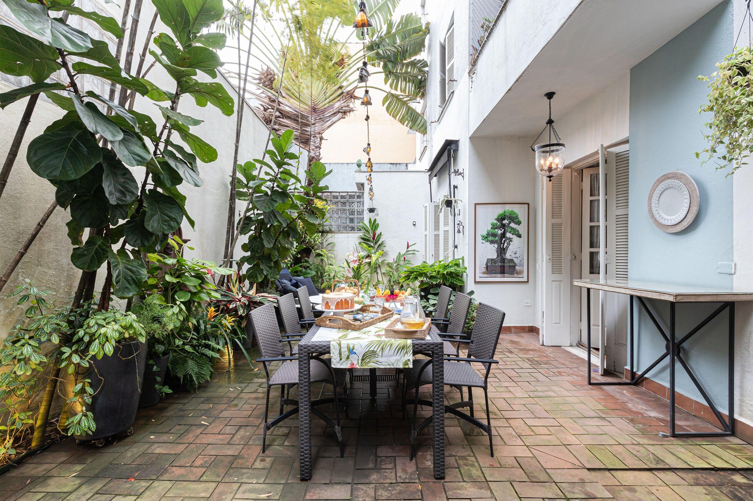 decoração jardim parede azul mesa jantar