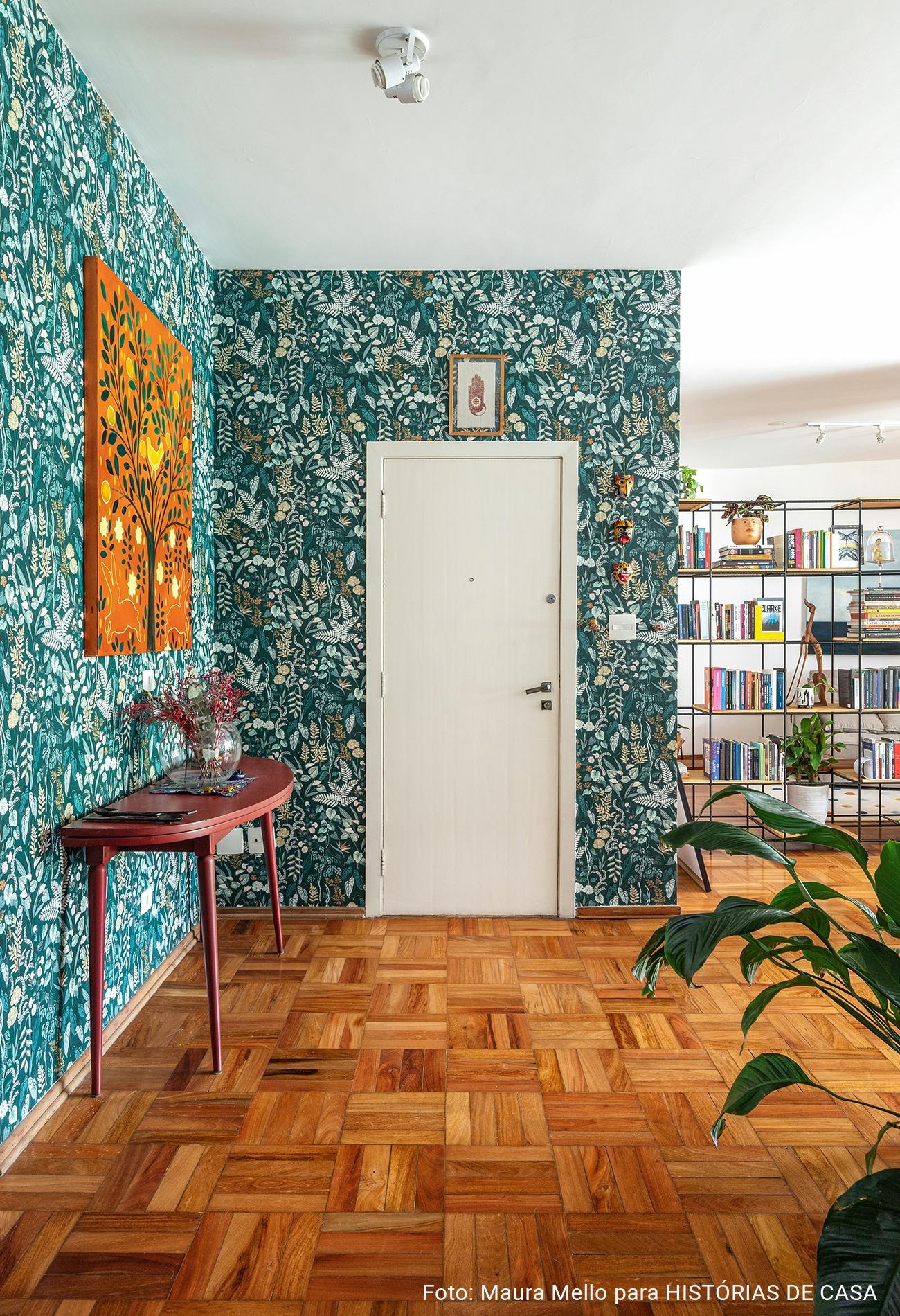Hall de apartamento com papel de parede tropical