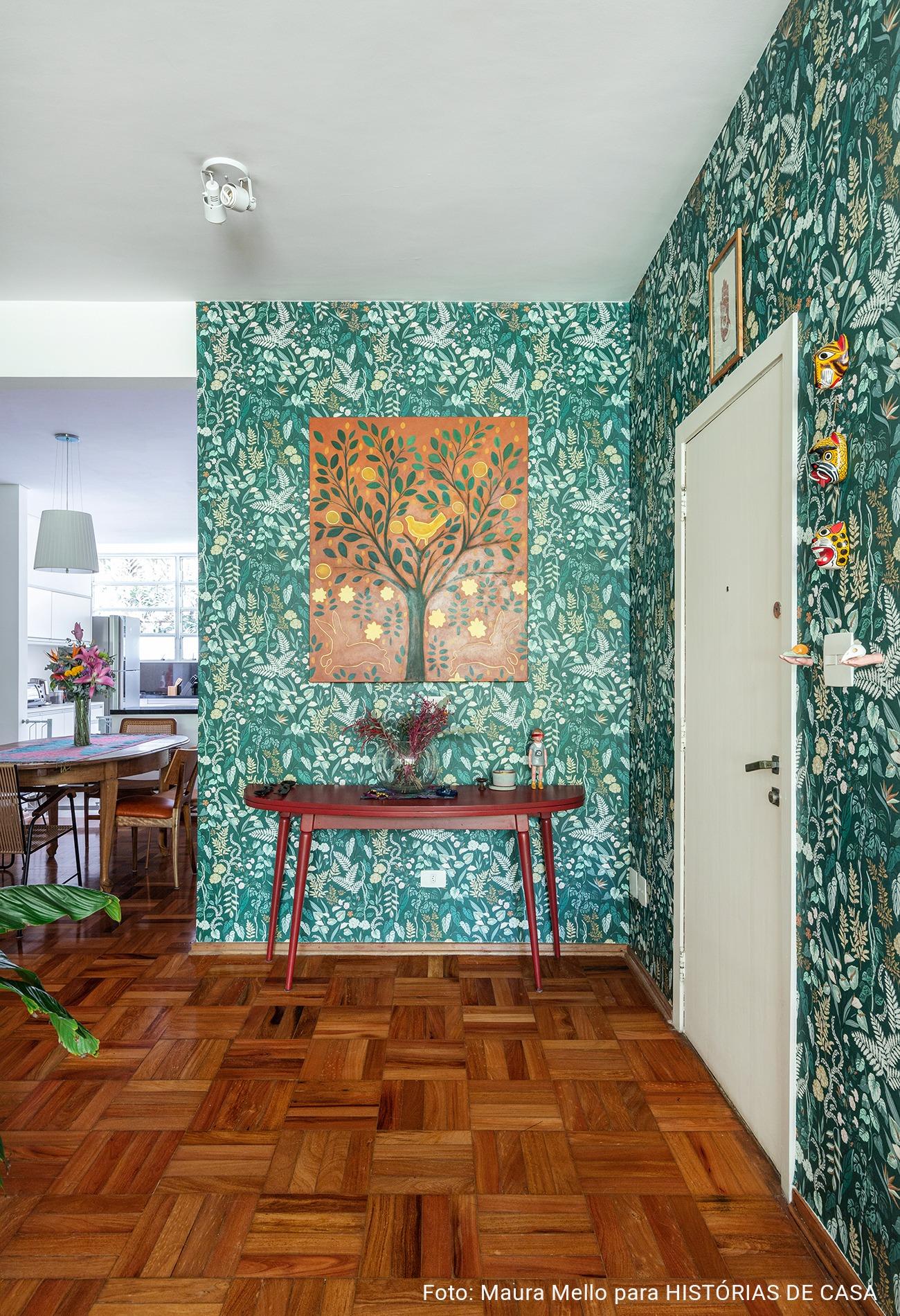 Hall de entrada com papel de parede verde
