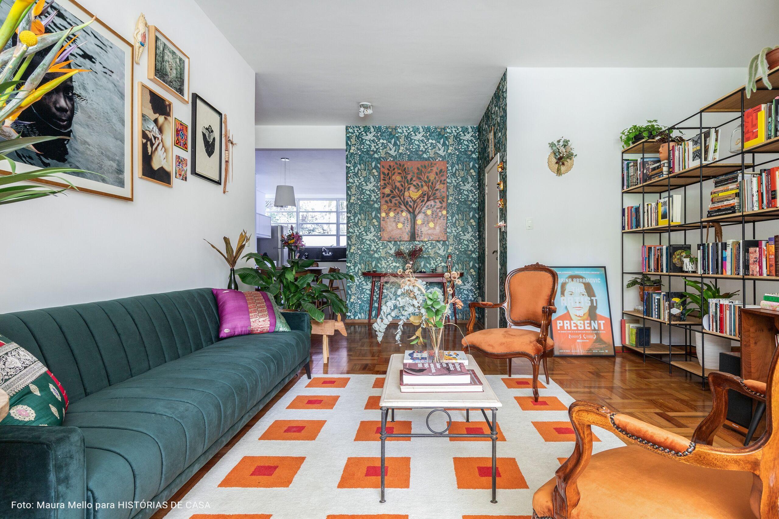 Sala integrada com piso de tacos e tapete colorido