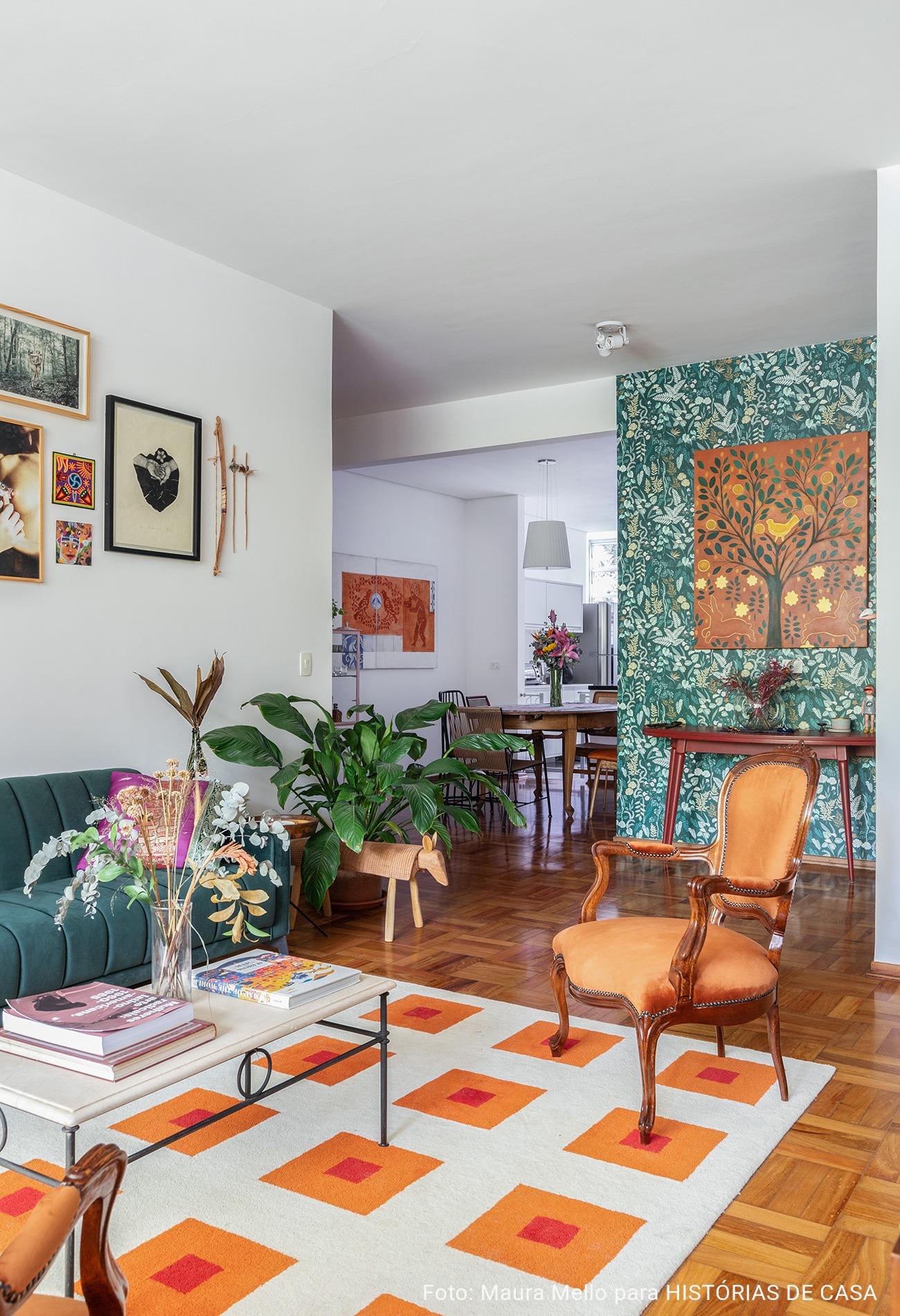 Sala com móveis vintage, tapete colorido e papel de parede