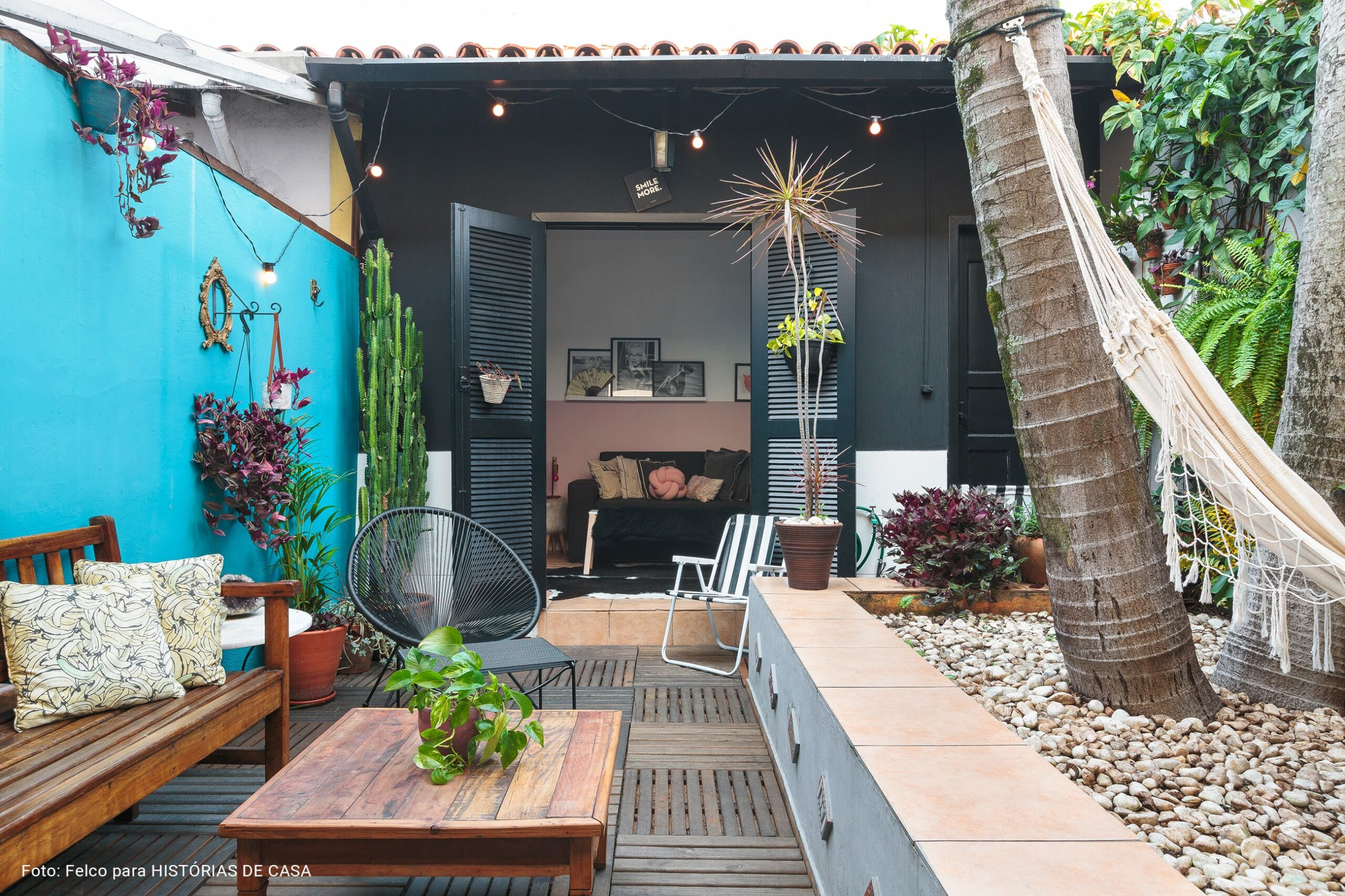 Casa de vila com estilo industrial e paredes coloridas