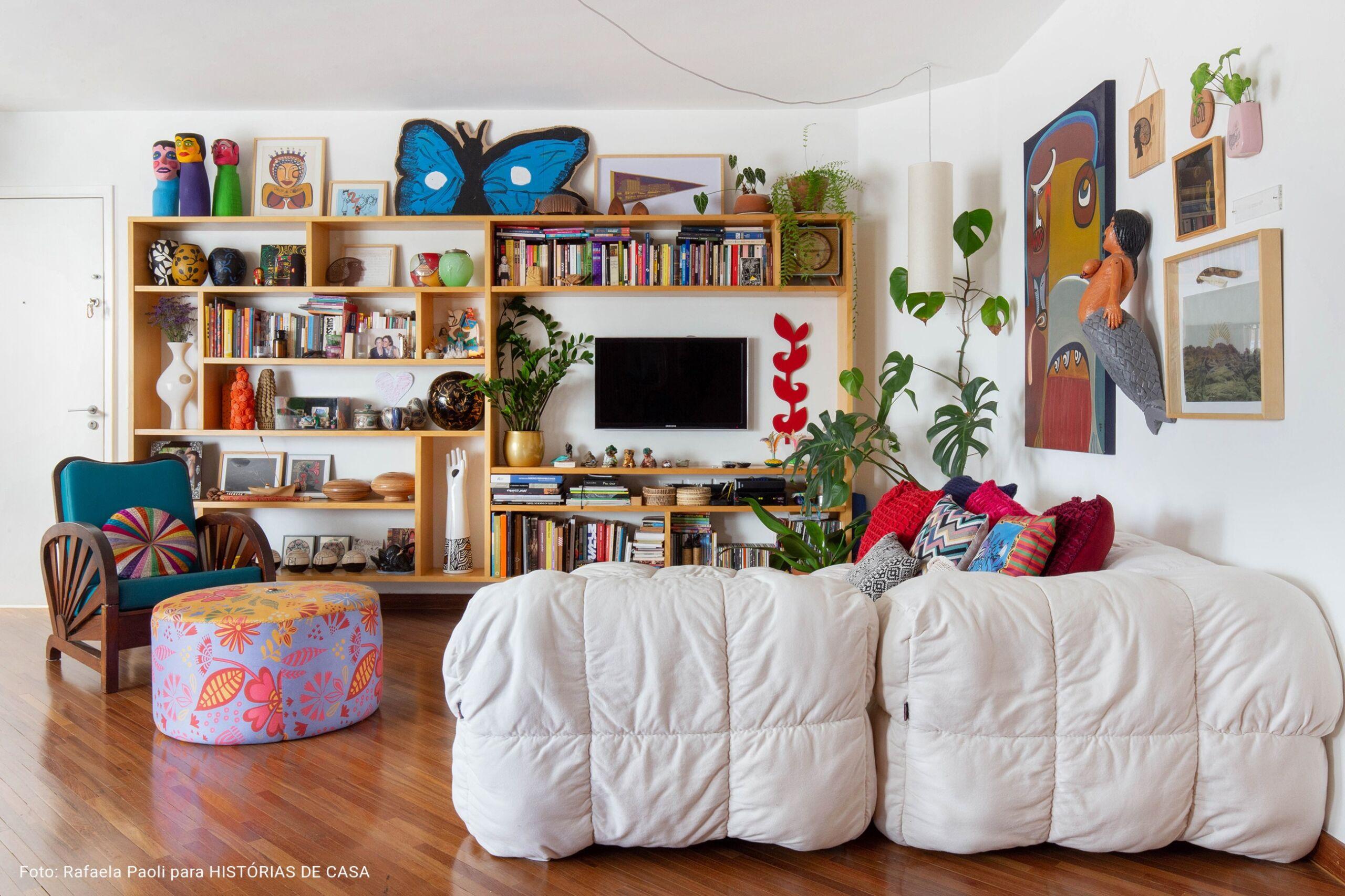 O apartamento colorido e vibrante da artista Joana Lira no Histórias de Casa
