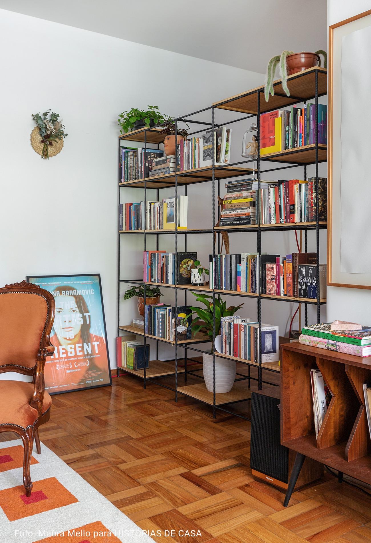 estante de metal com livros e plantas