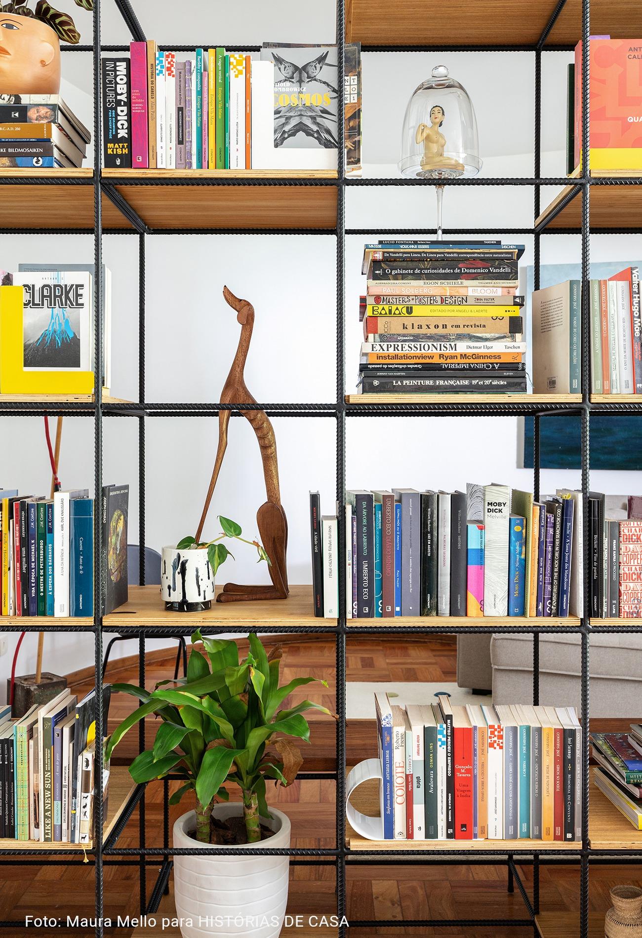 estante em detalhes repleta de livros