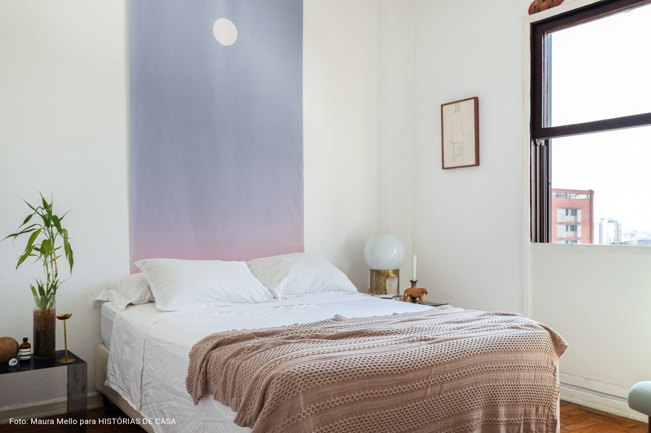 Apartamento antigo com piso branco e peças de design do Estúdio Orth