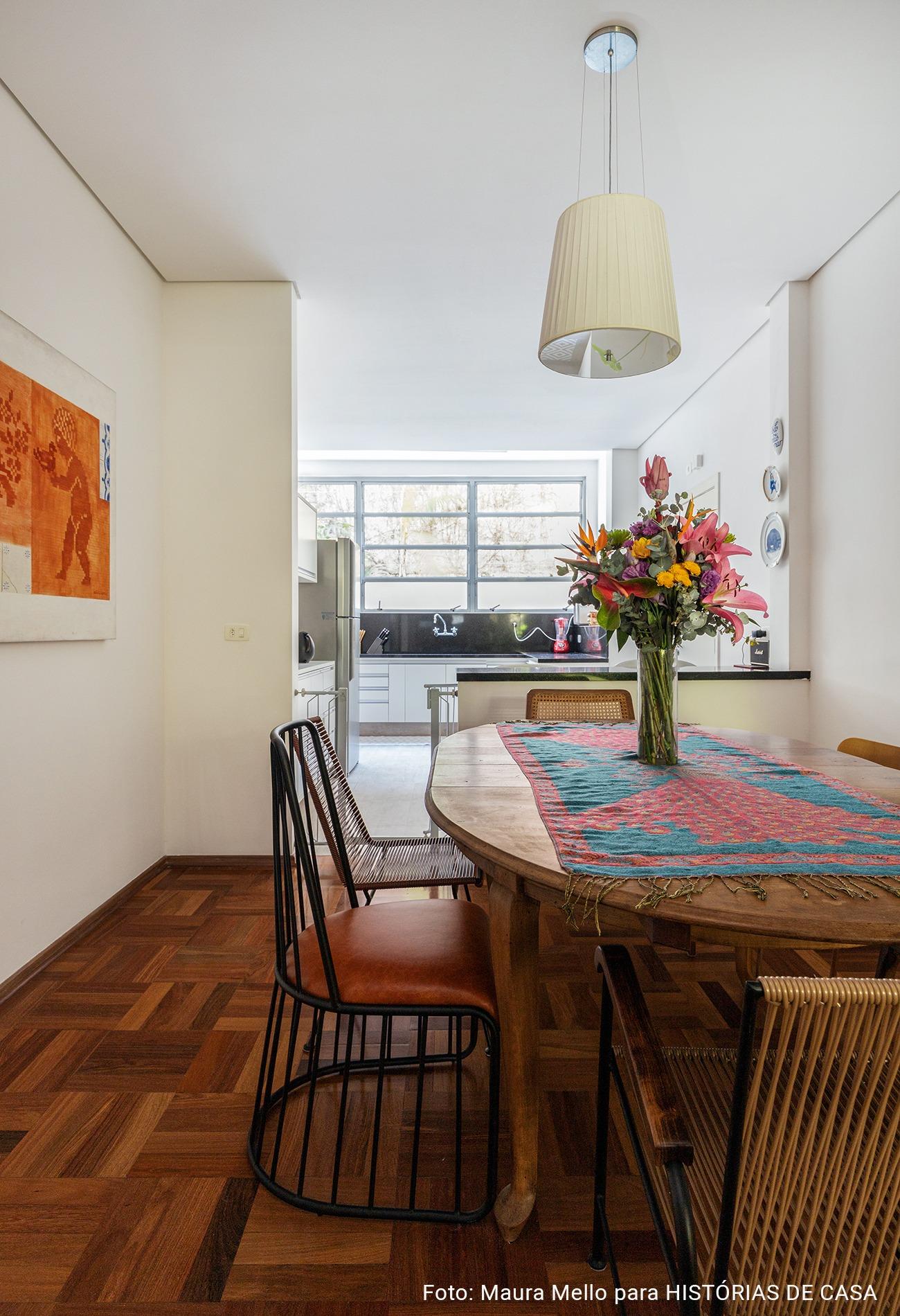 detalhe sala de jantar com cadeiras diferentes
