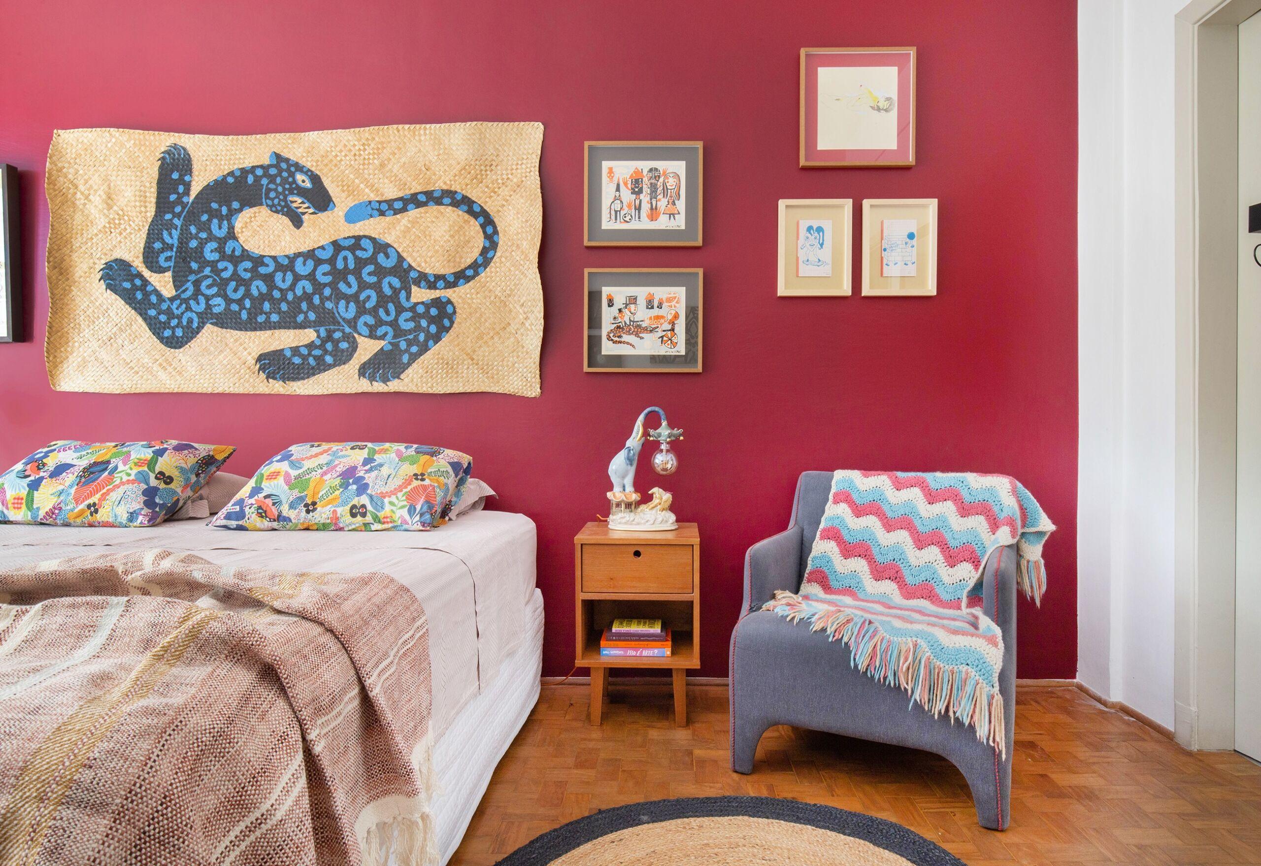 quarto com parede colorida e arte em palha