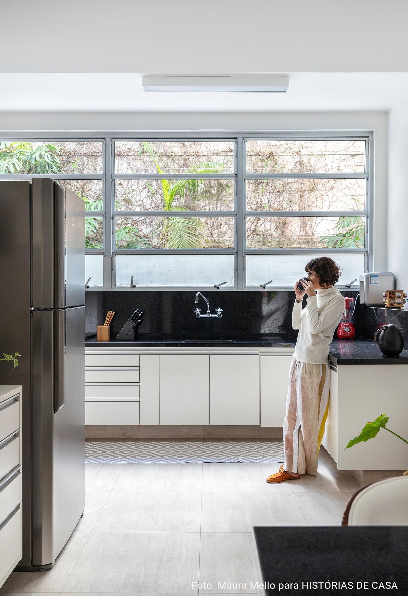 cozinha ampla minimalista com janelas grandes