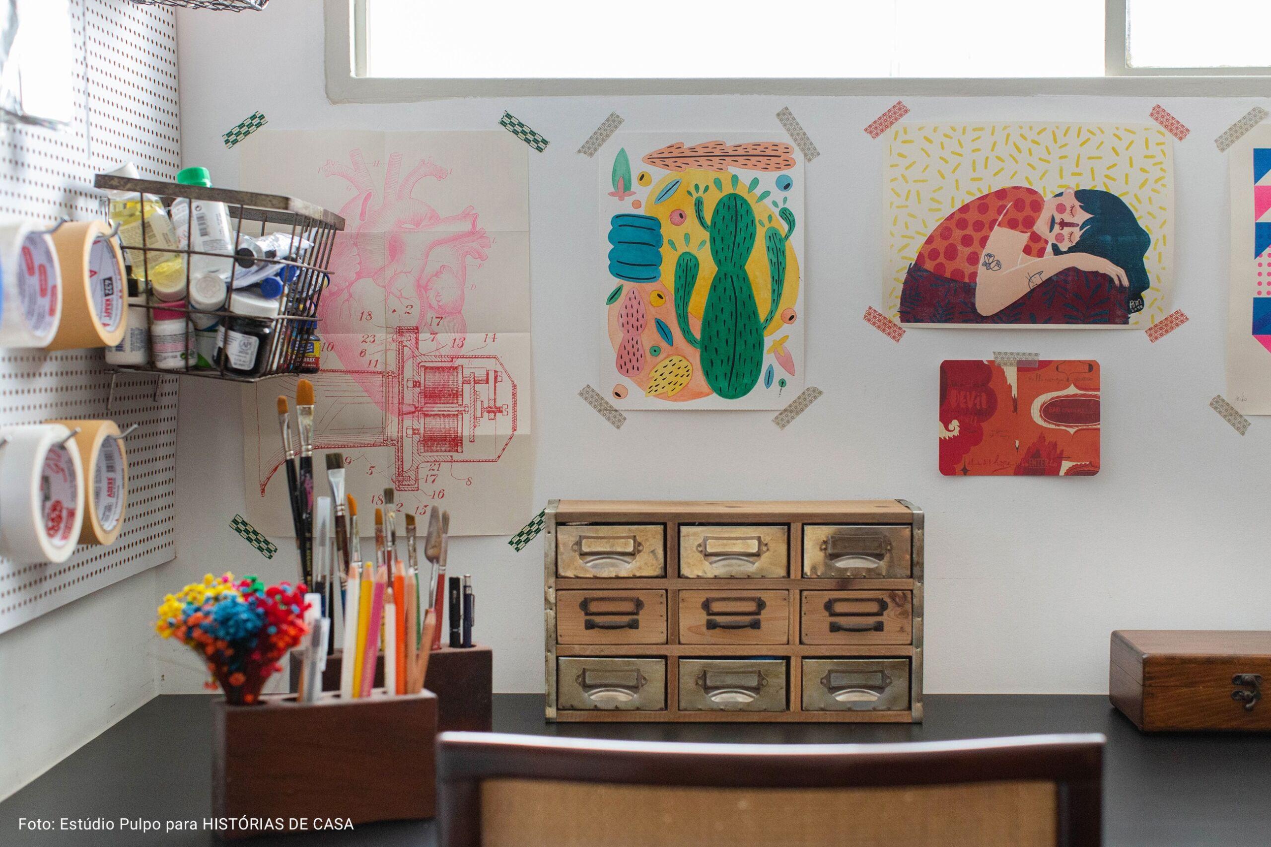 ateliê criativo com ilustrações coladas na parede