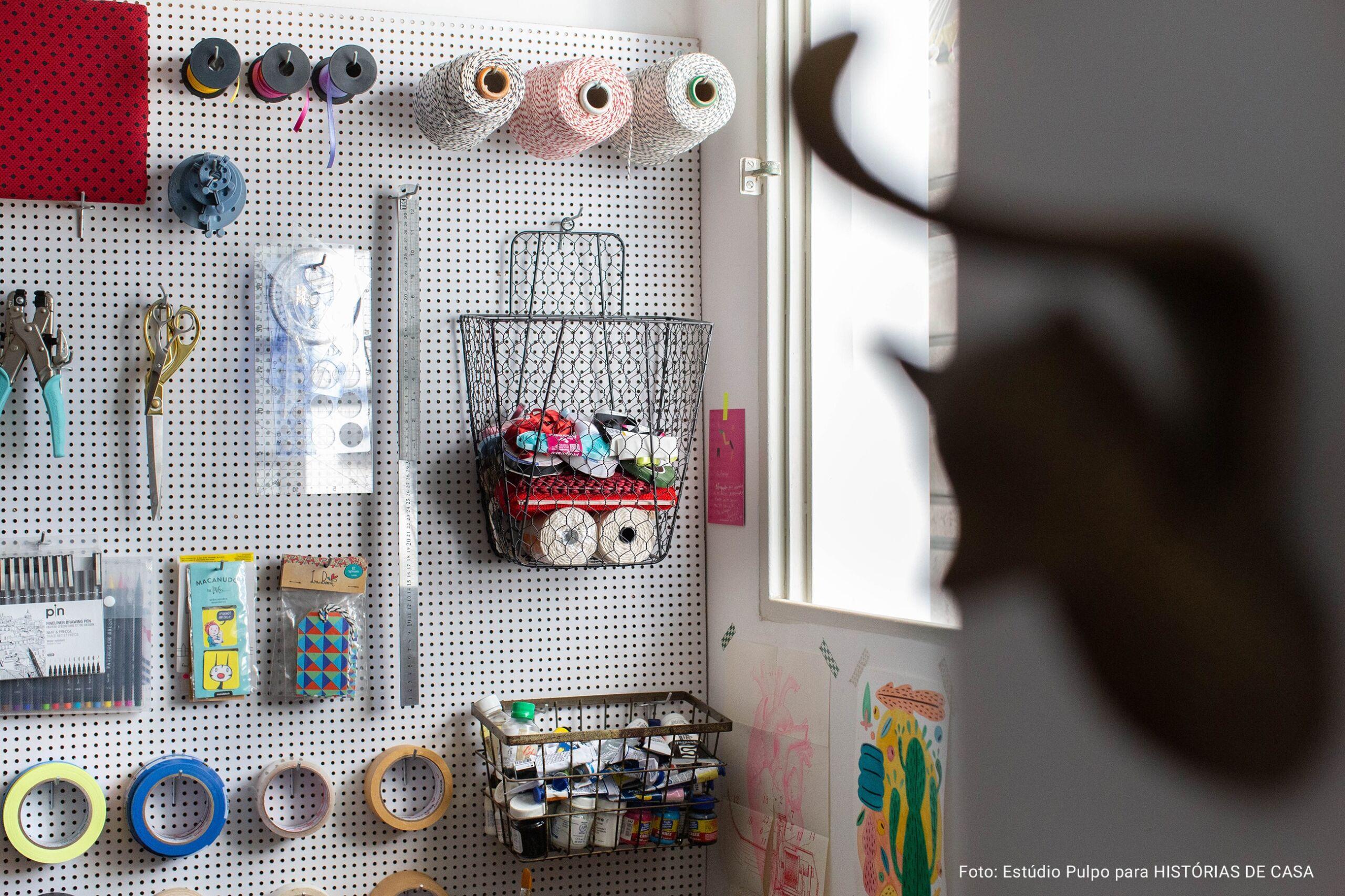 detalhe de parede grid com materiais para artesanato