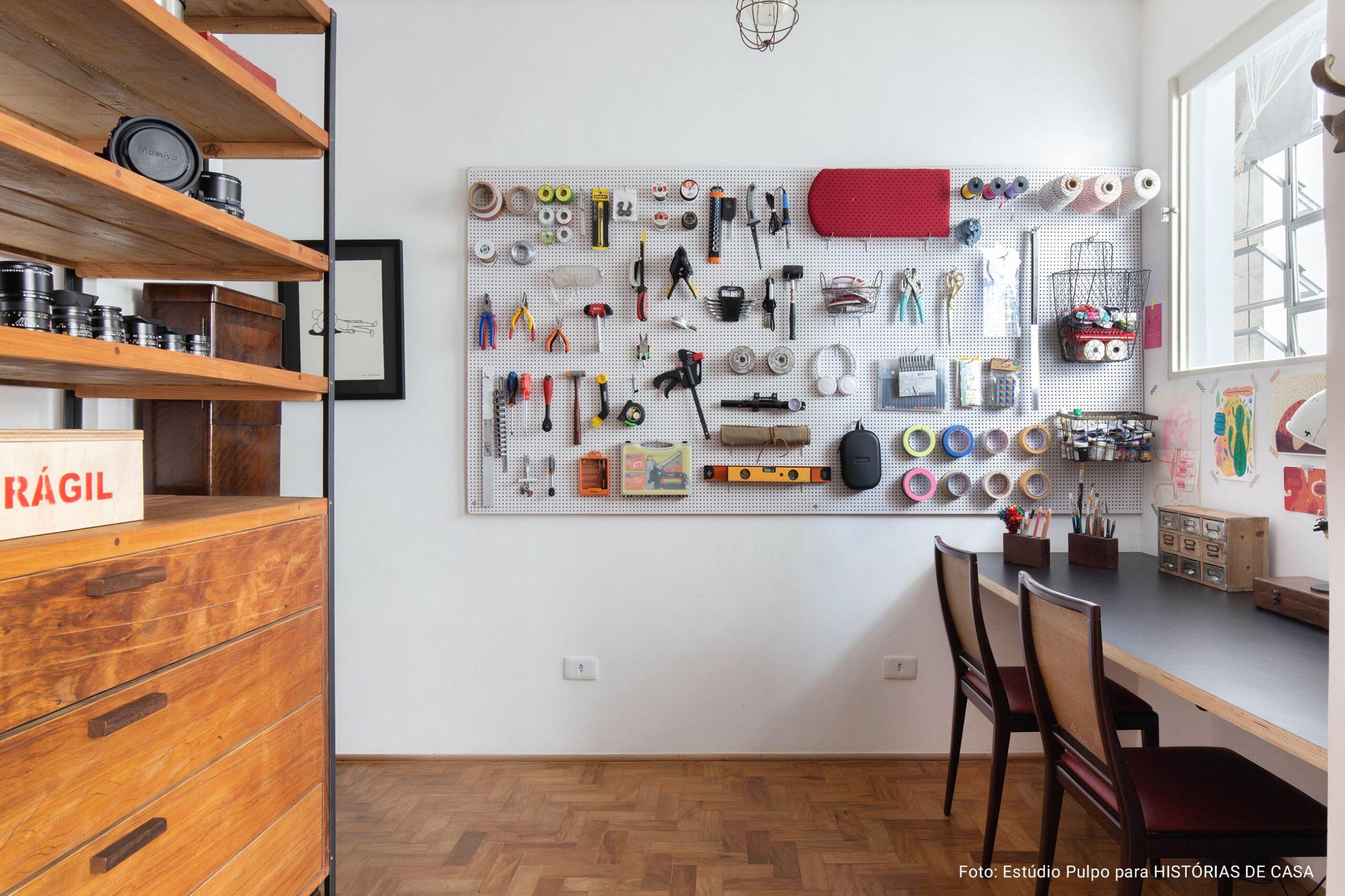 atelie criativo com parede de ferramentas