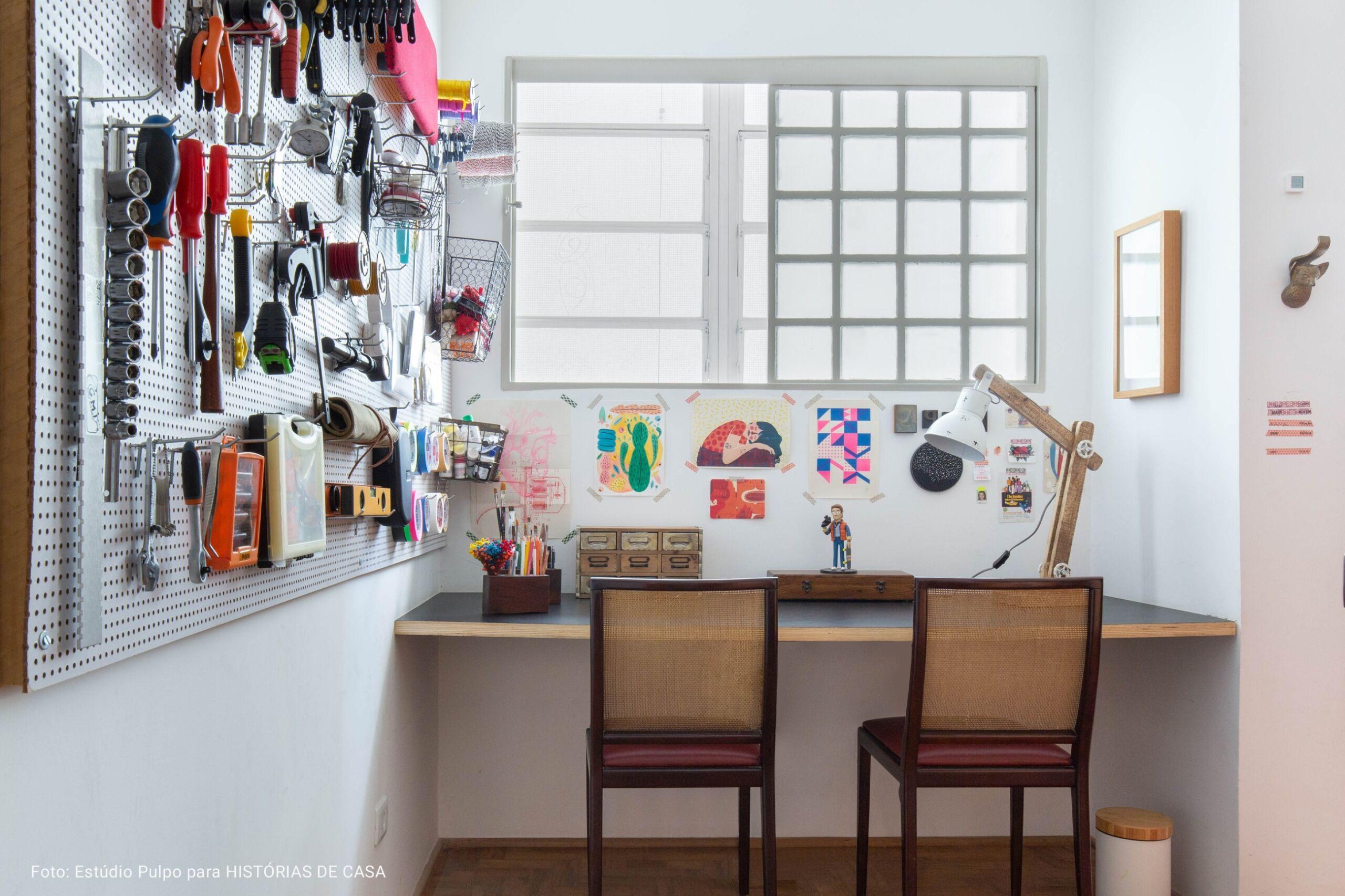 mesa de atelie com parede de ferramentas