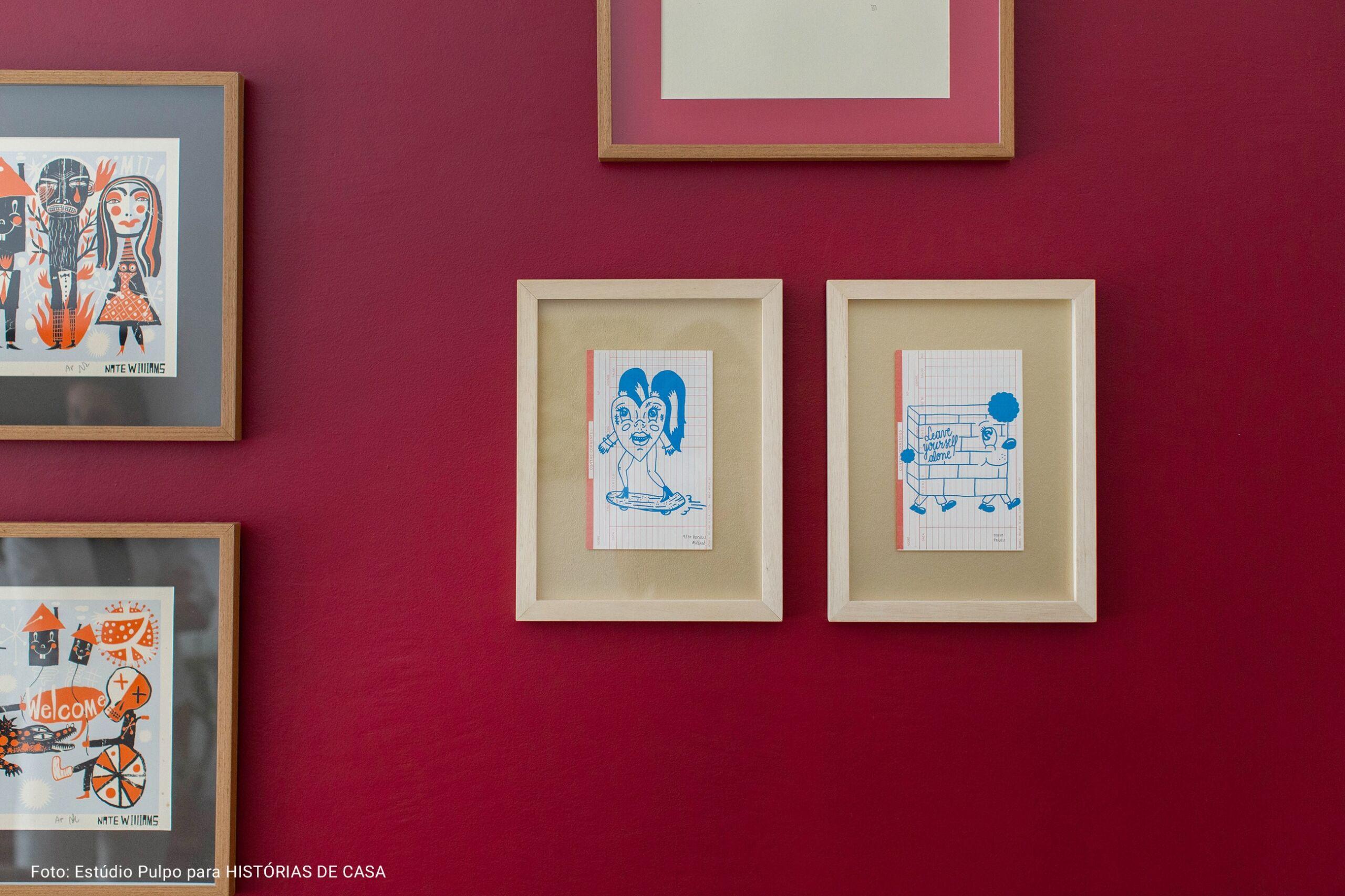 detalhe de quadros de ilustrações e fundo de palha