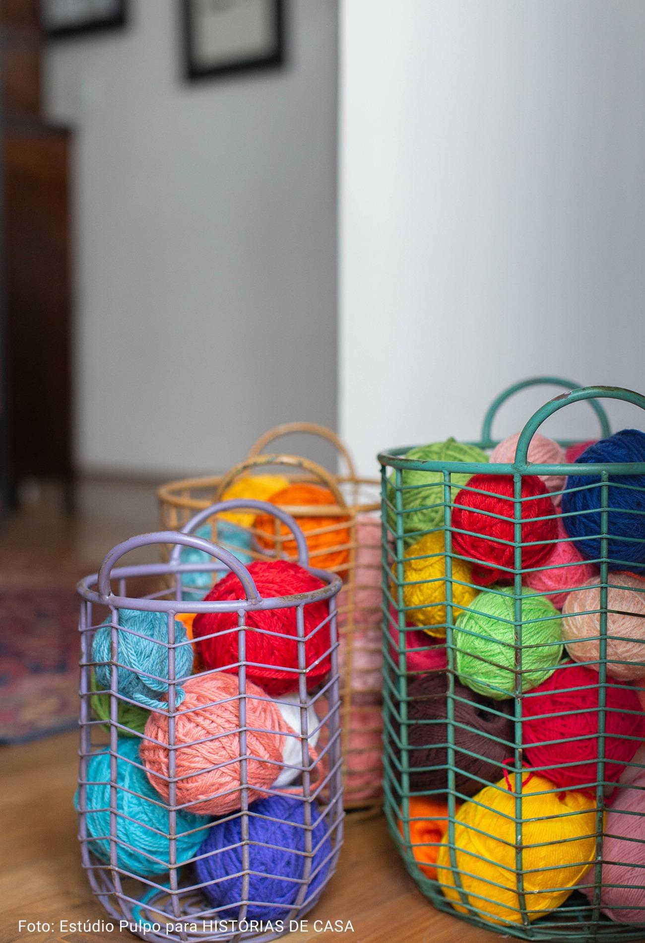 cesto de novelos de lã coloridos
