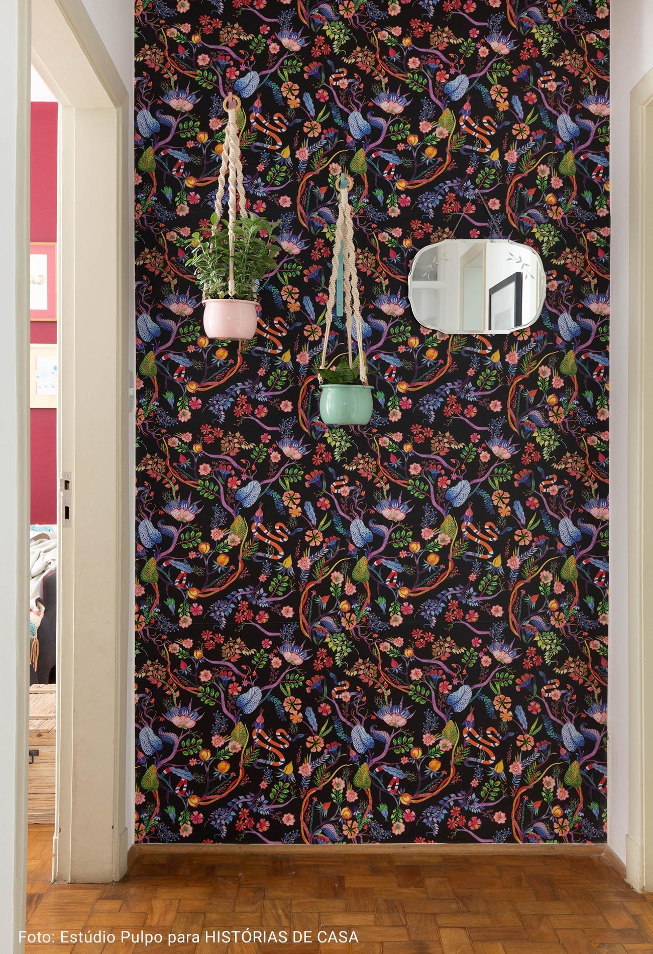 papel de parede florido com espelho oval