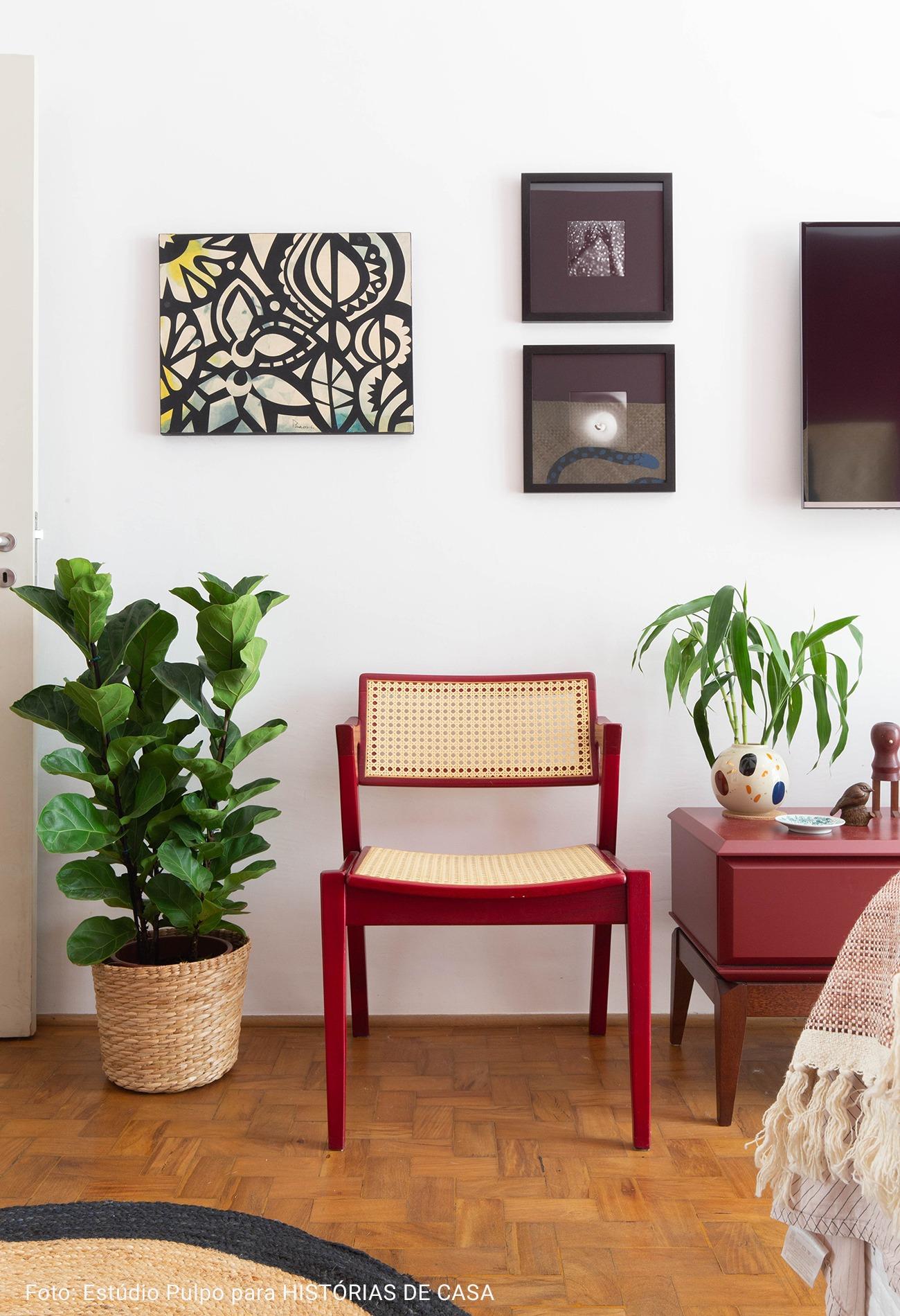 cadeira vermelha com estofado de palha