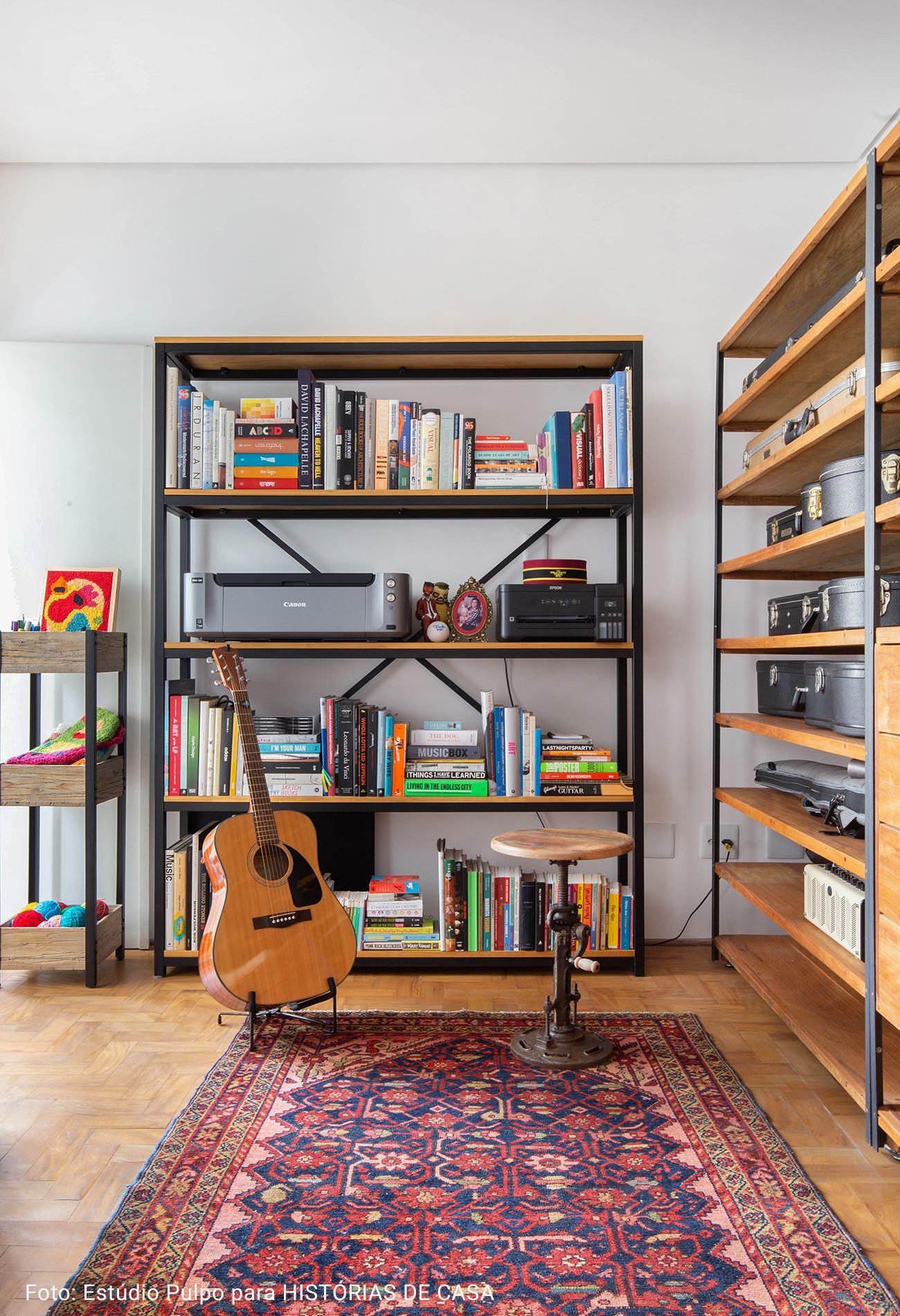 estantes rústicas com violão e tapete persa