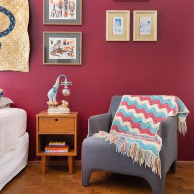 quarto com parede vermelha e tapete de palha