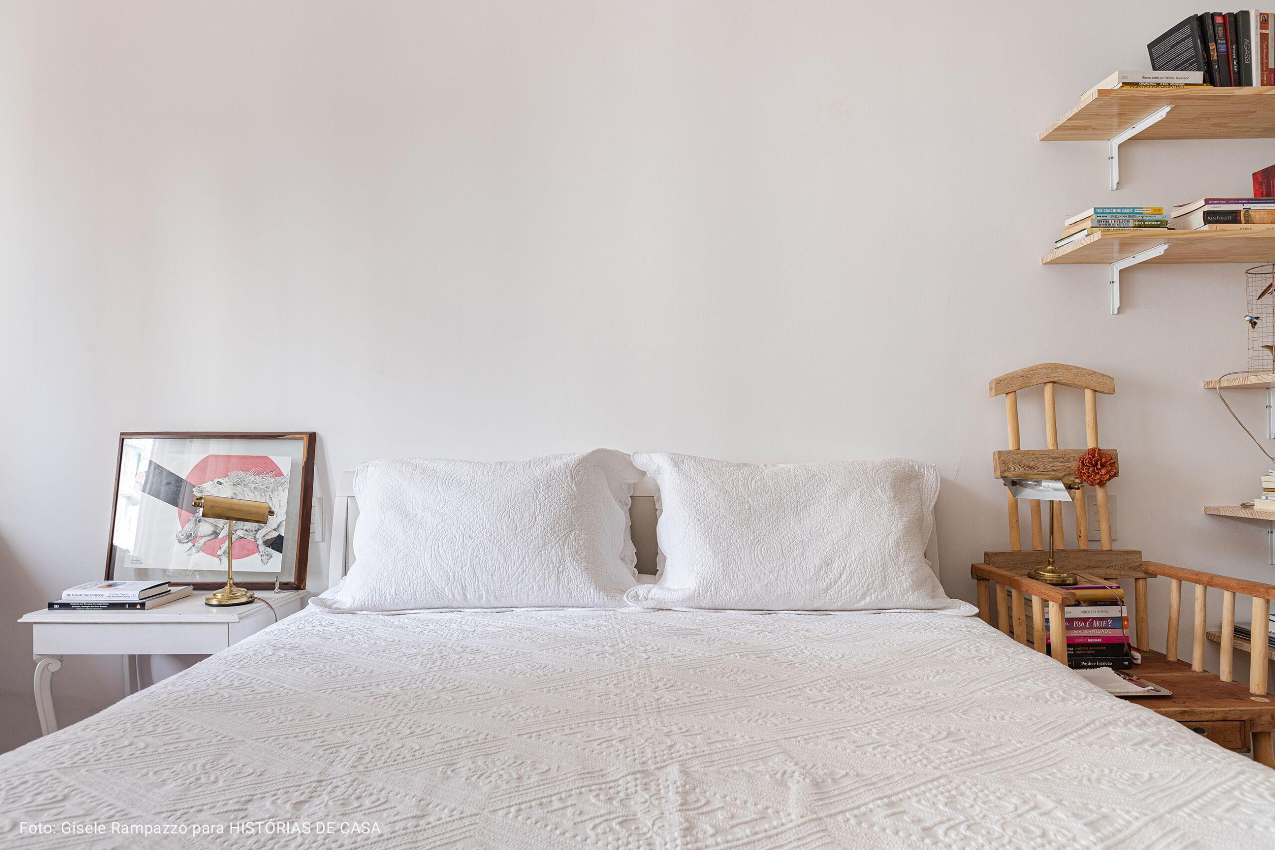 cama de casal com colcha branca