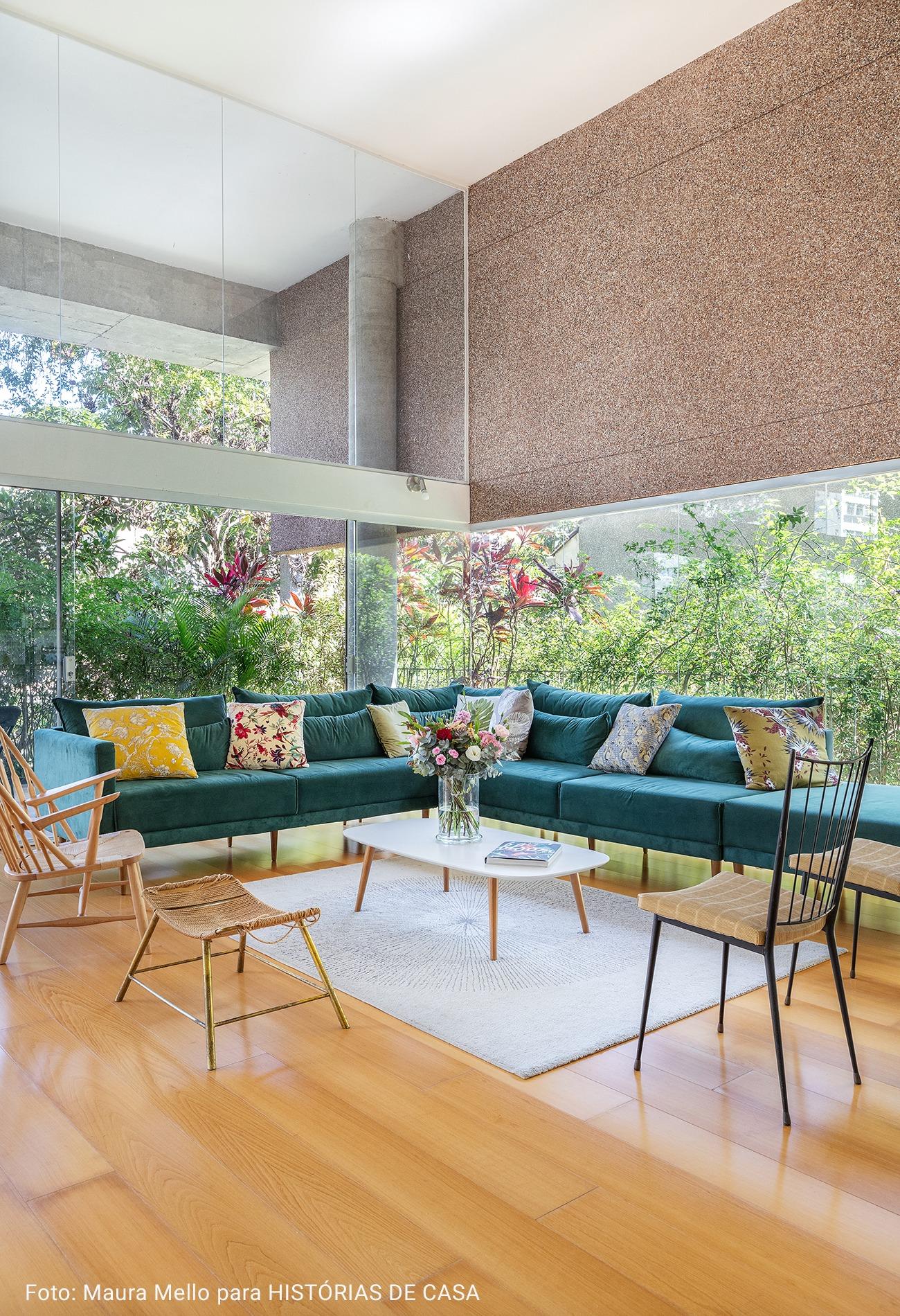 sala de estar com sofá turquesa e almofadas