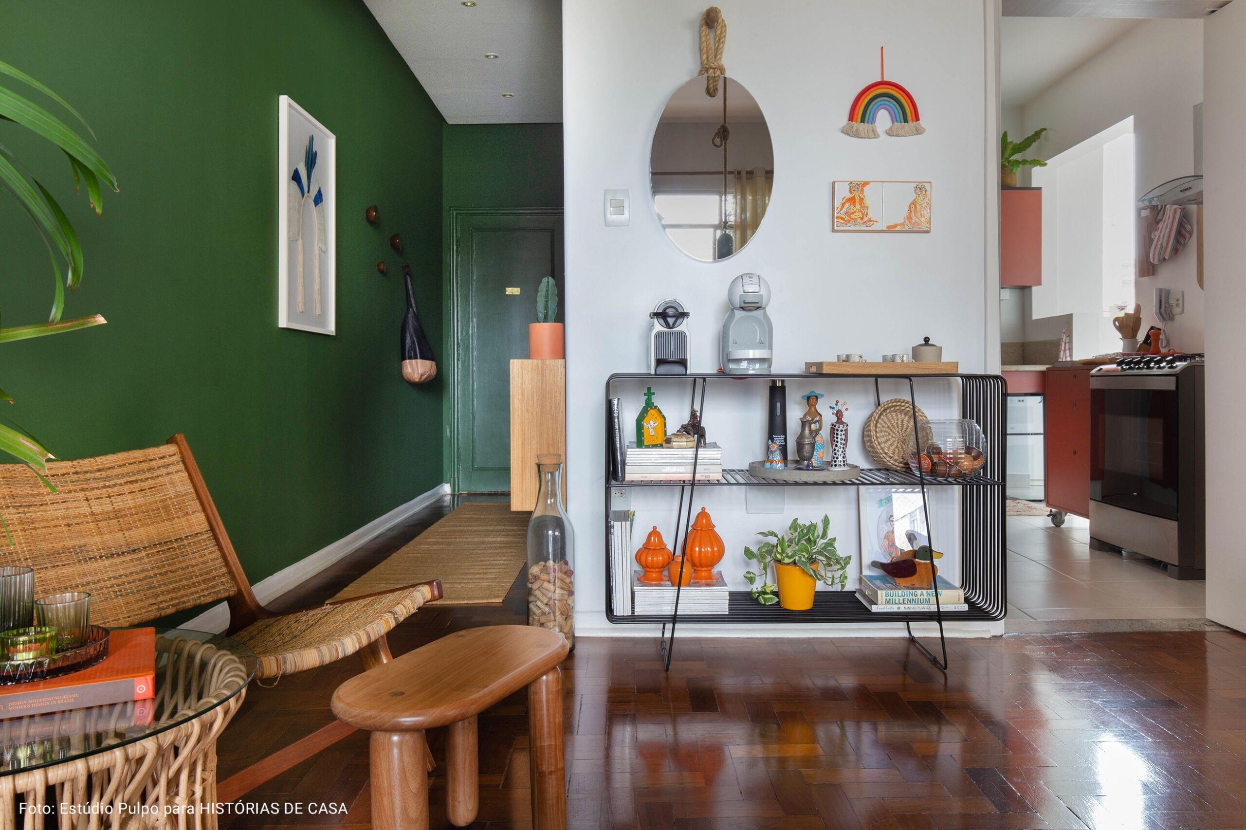 sala com corredor verde musgo