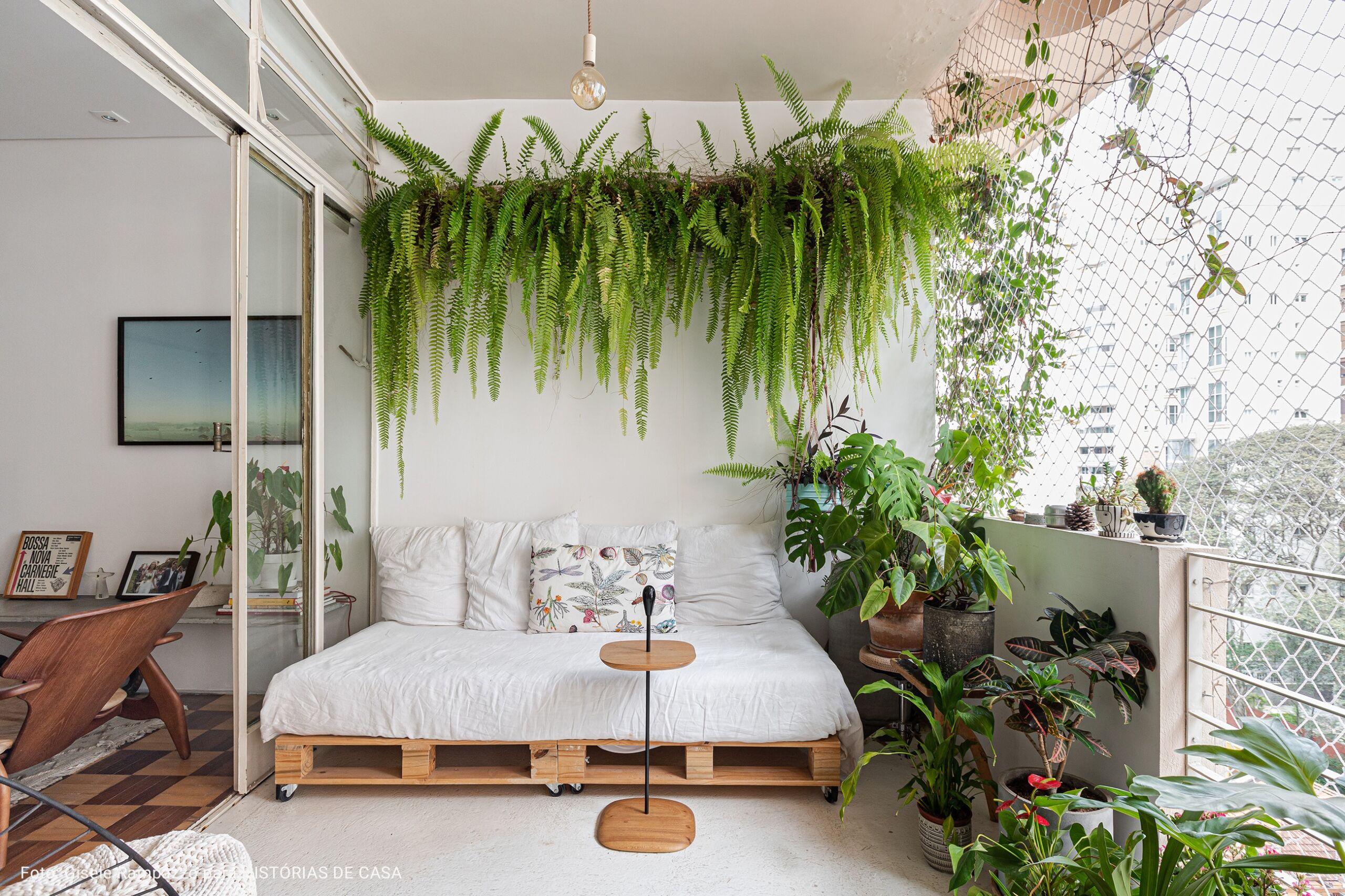 varanda ampla com sofá de deck