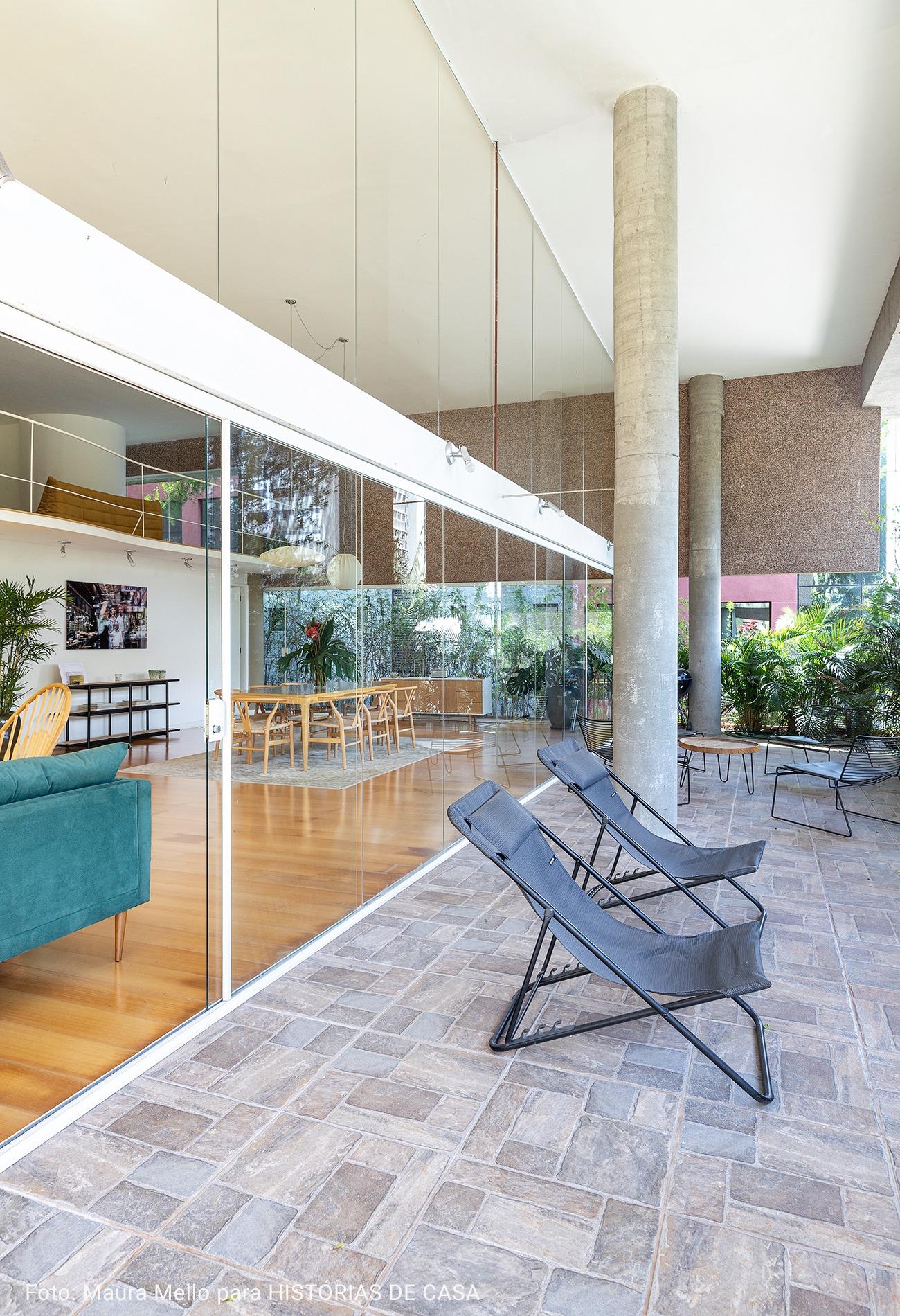 varanda ampla com cadeiras reclináveis pretas