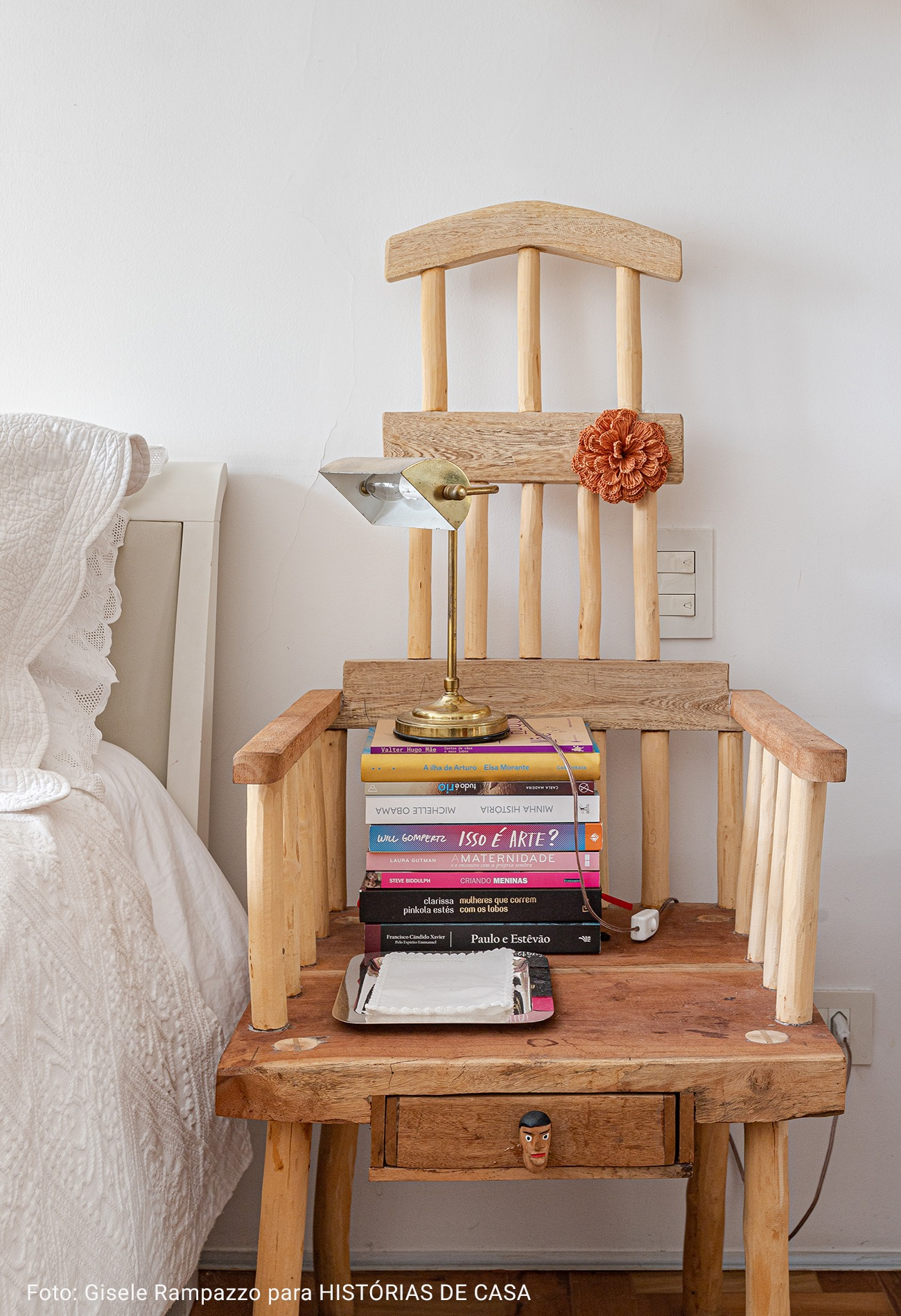 detalhe cadeira com livros