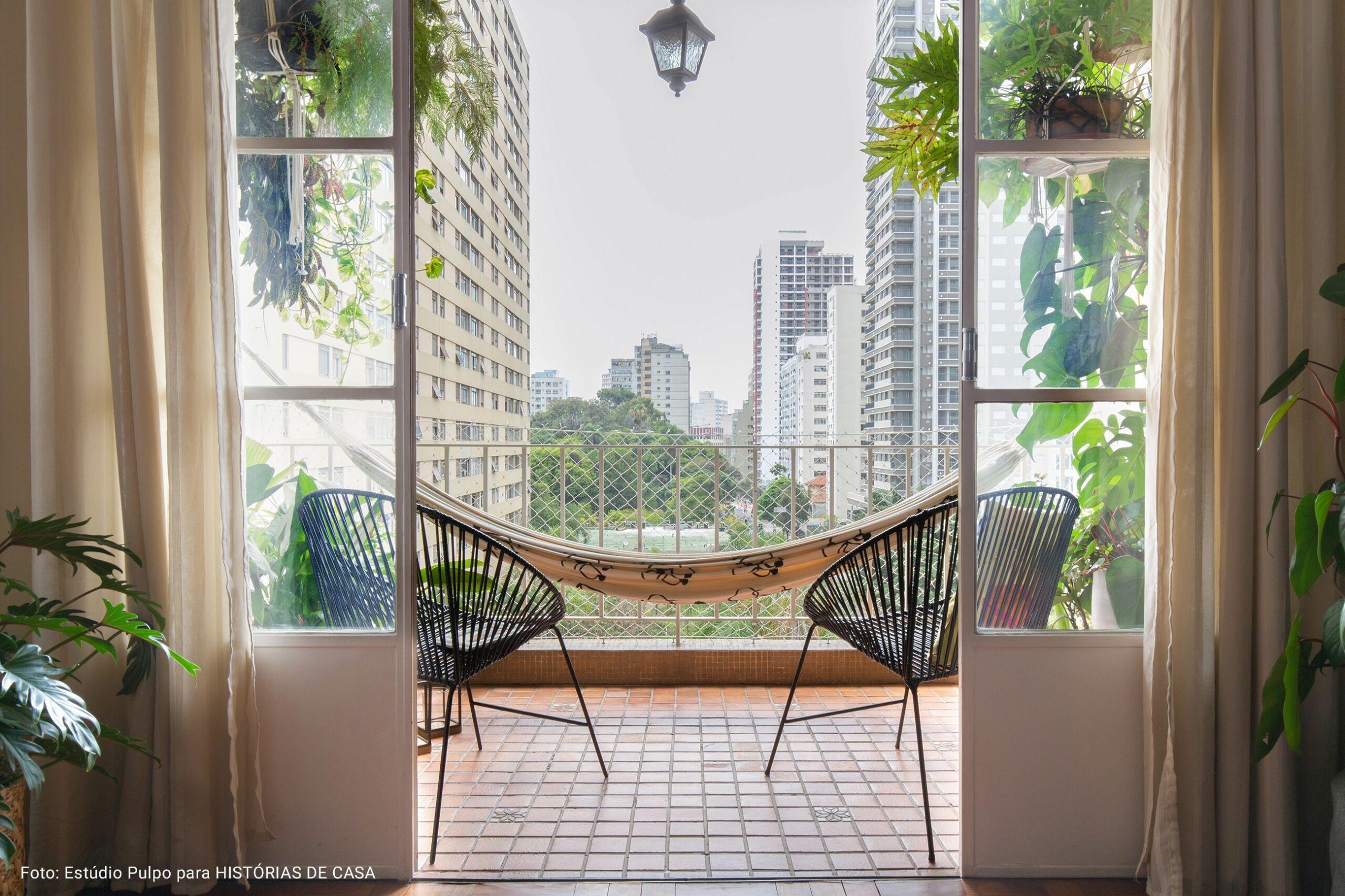 varanda aberta com cadeiras acapulpo