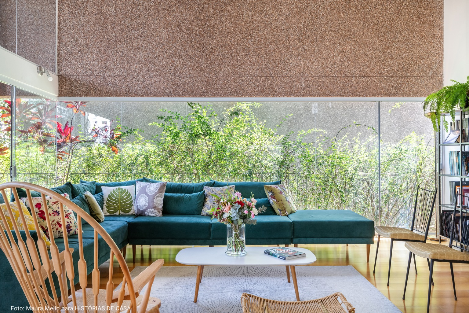 sala de estar minimalista com sofá turquesa