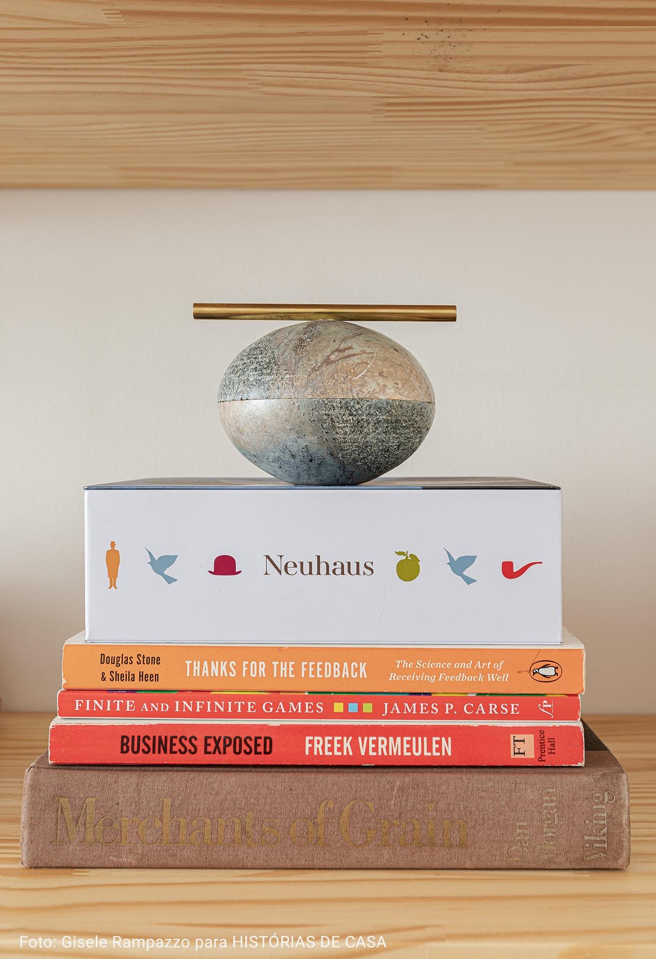 detalhe de livros com escultura