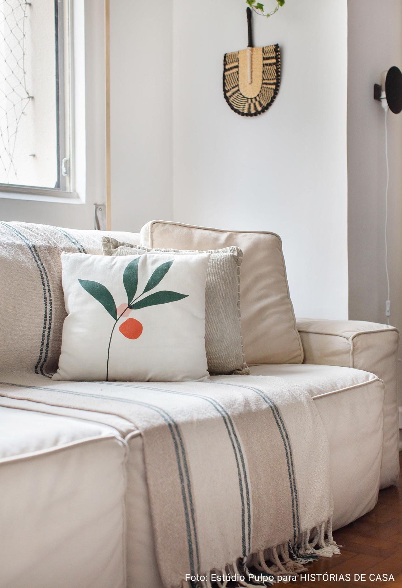 detalhe de sofá com manta branca