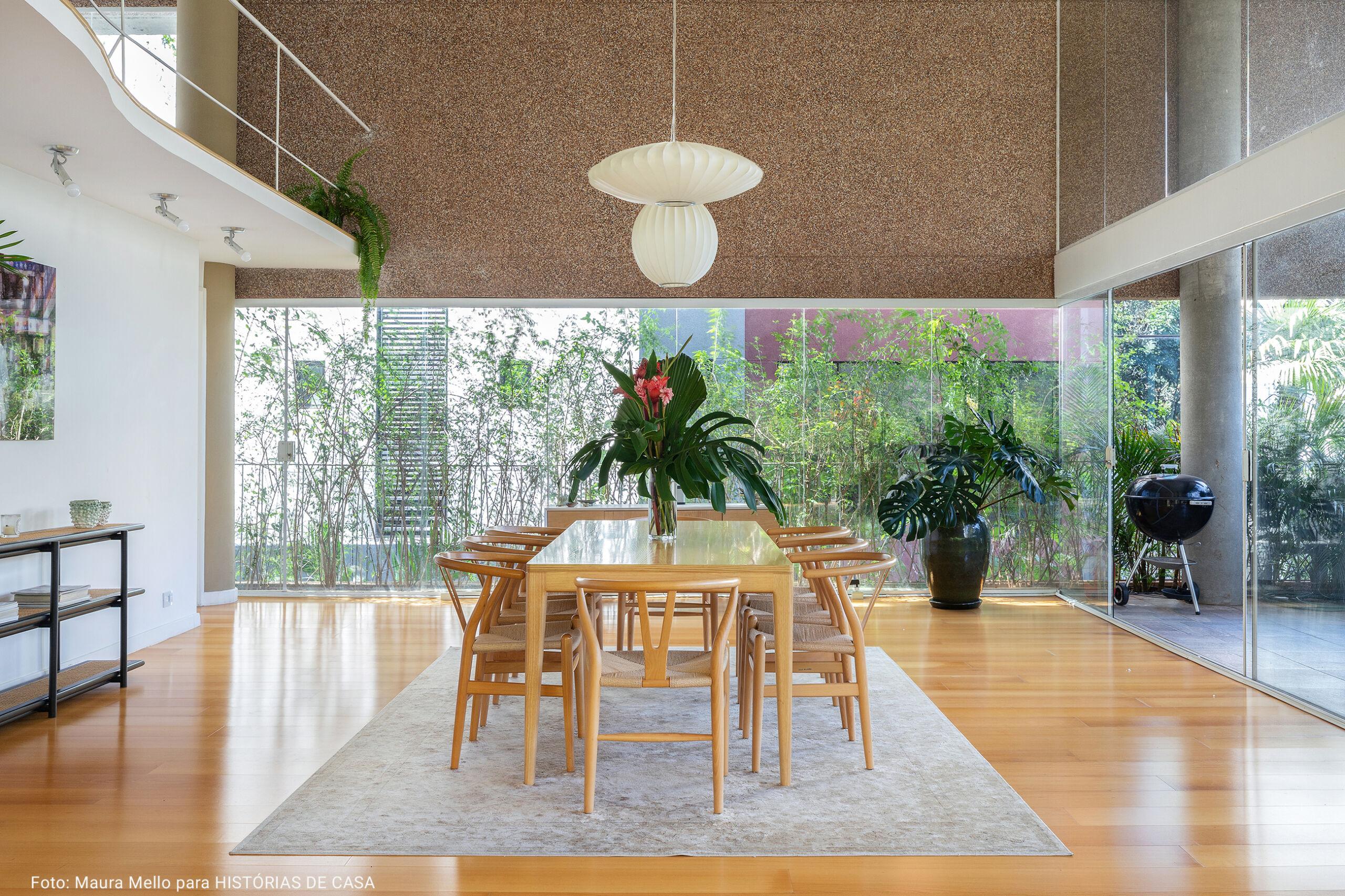 sala de jantar minimalista com luninária japonesa