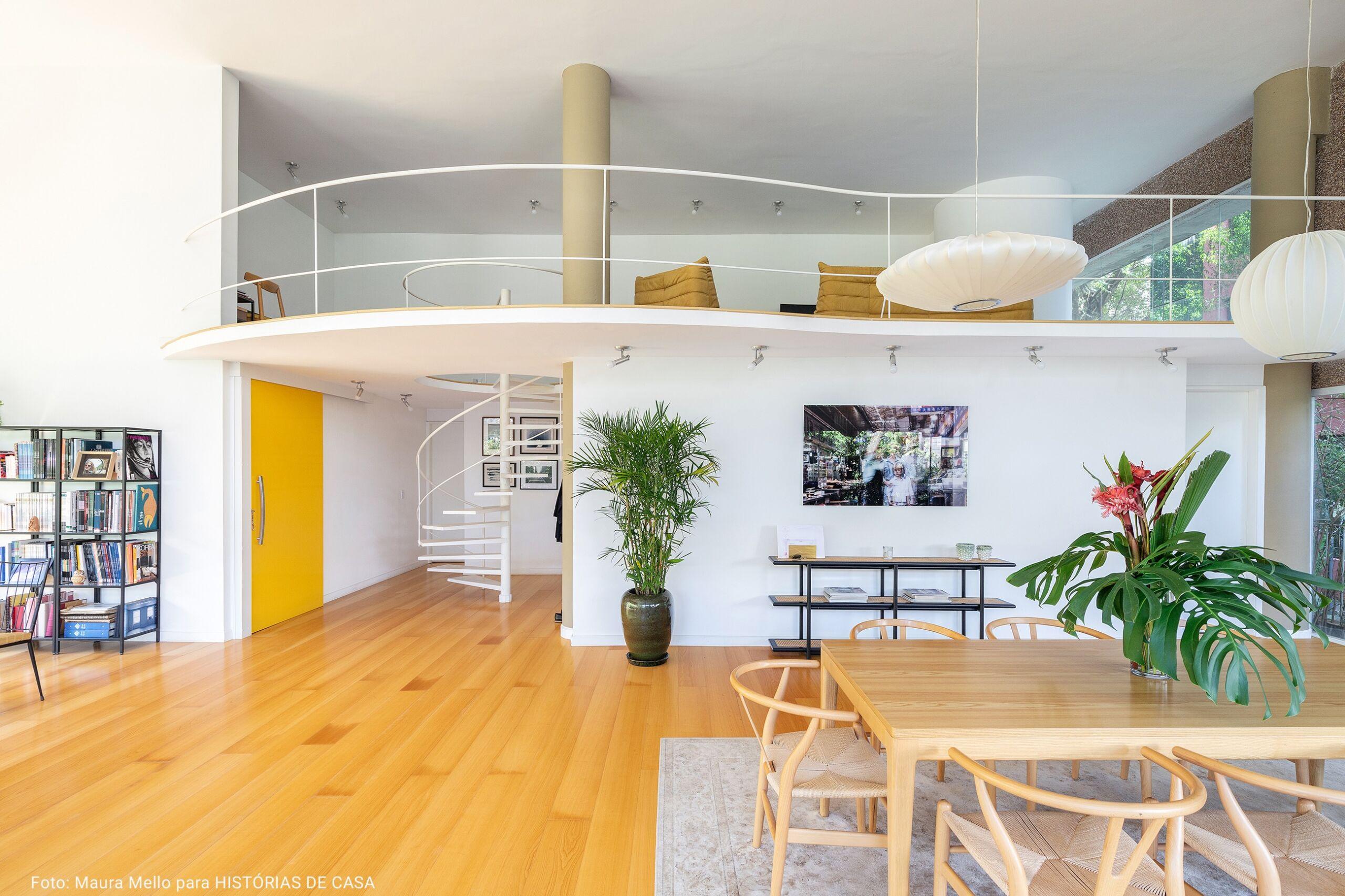 sala de jantar com mesanino e porta amarela